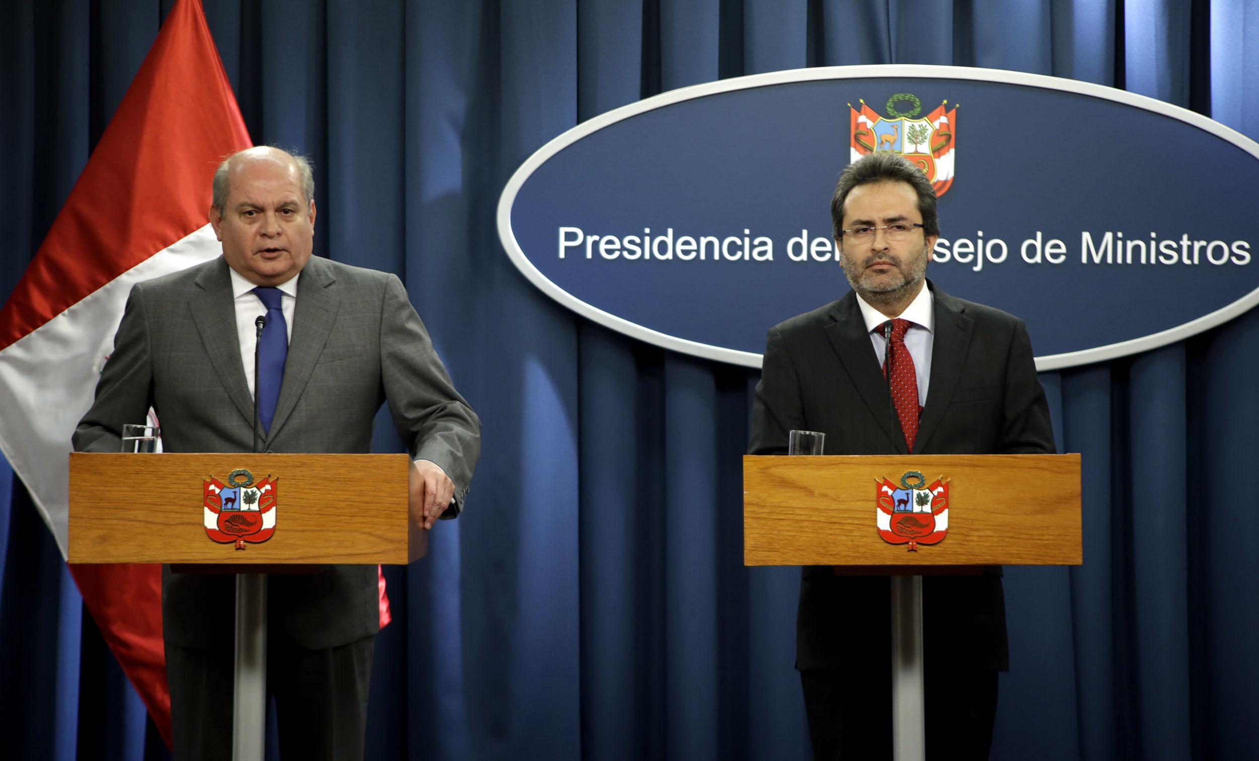 CONFERENCIA DE PRENSA EN LA PCM (8797249129).jpg Español: El primer Ministro, Juan Jimenez, el ministro de Defensa, Pedro Cateriano Bellido