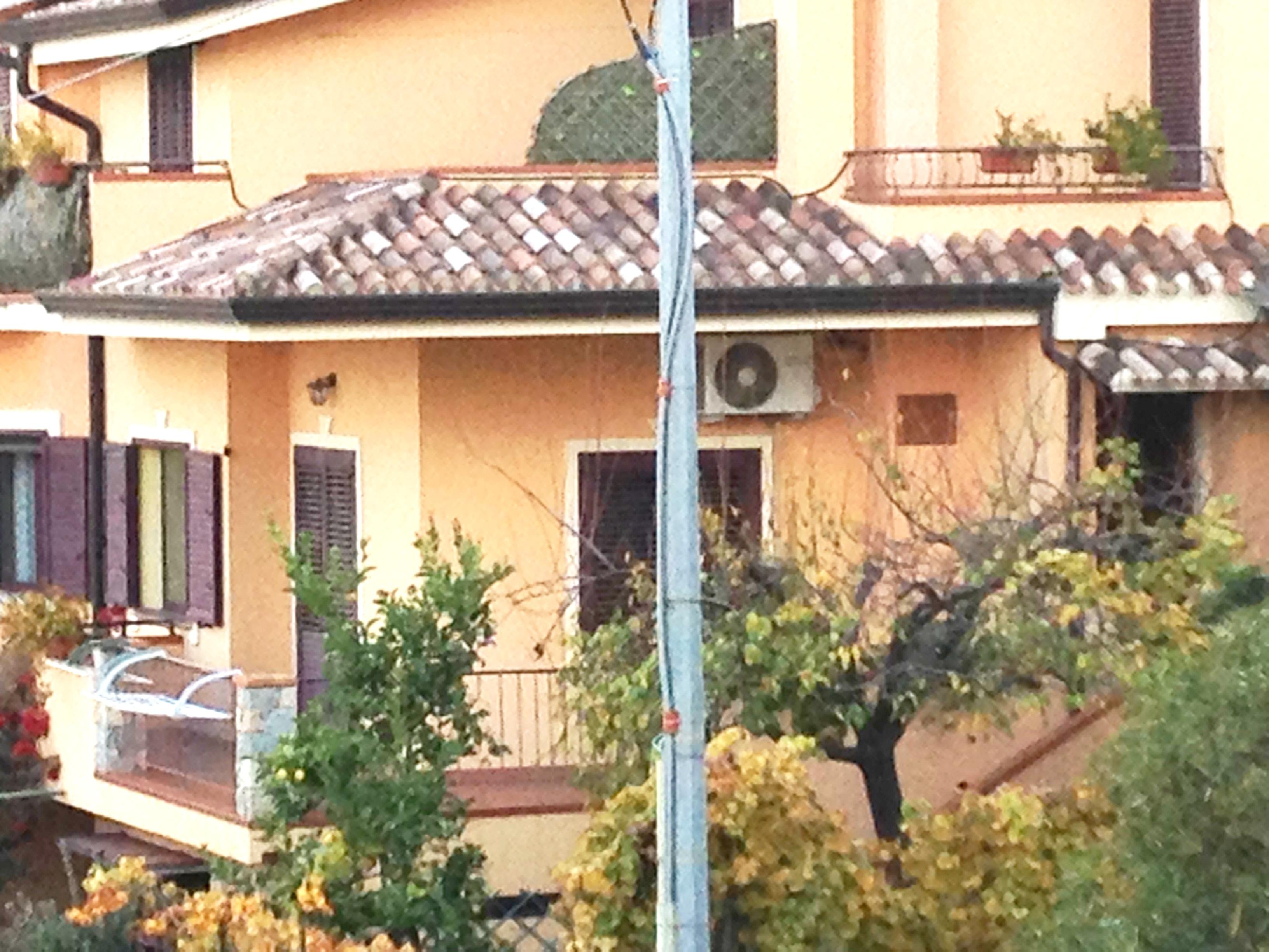 File:Condizionatore sul terrazzo di una casa 1.jpg - Wikimedia Commons