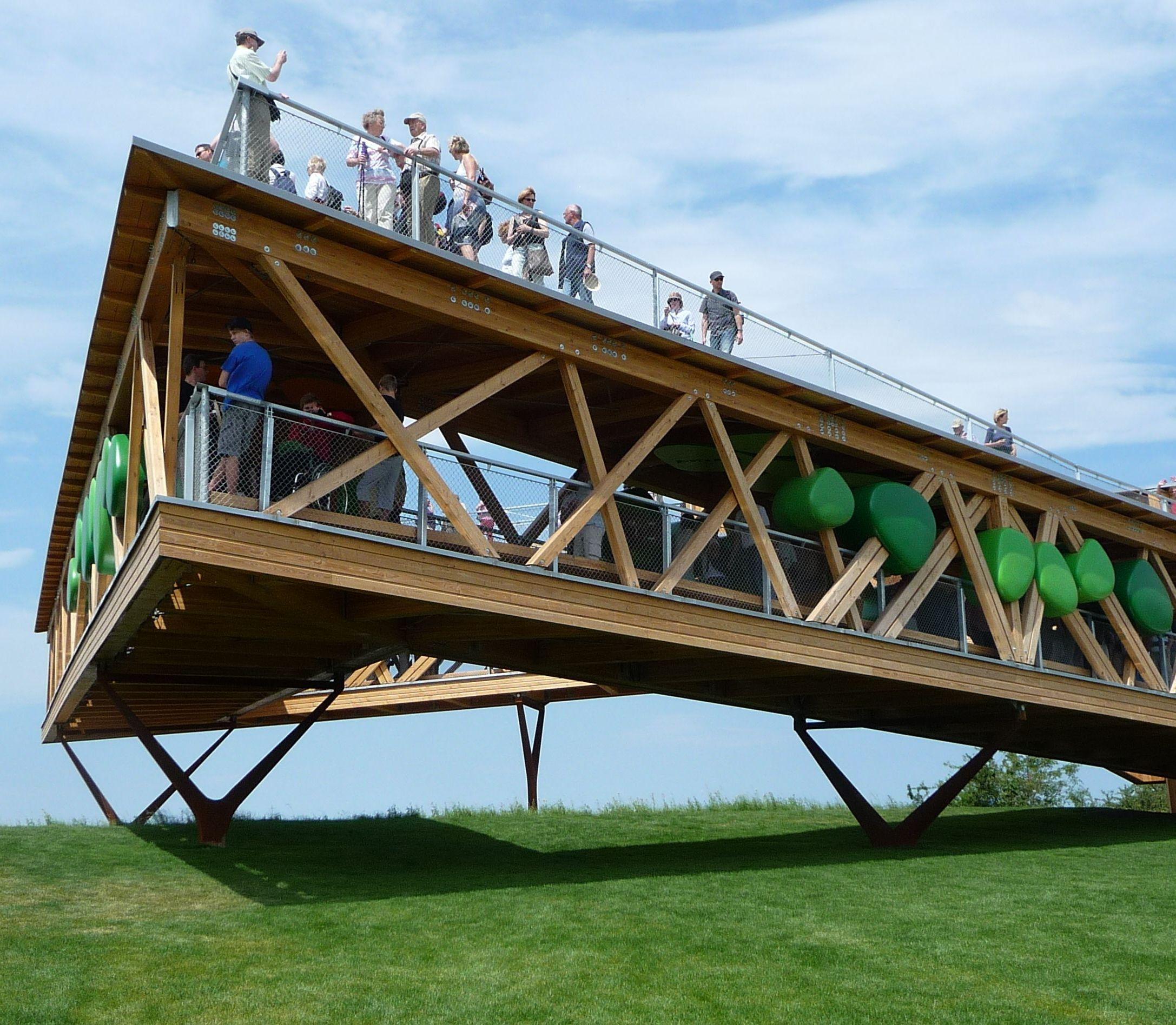 File:Das Bauwerk mit einem Dreieck-Grundriss ragt zehn Meter über ...