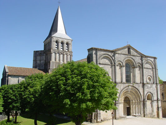 L'abbatiale de Saint-Amant-de-Boixe.
