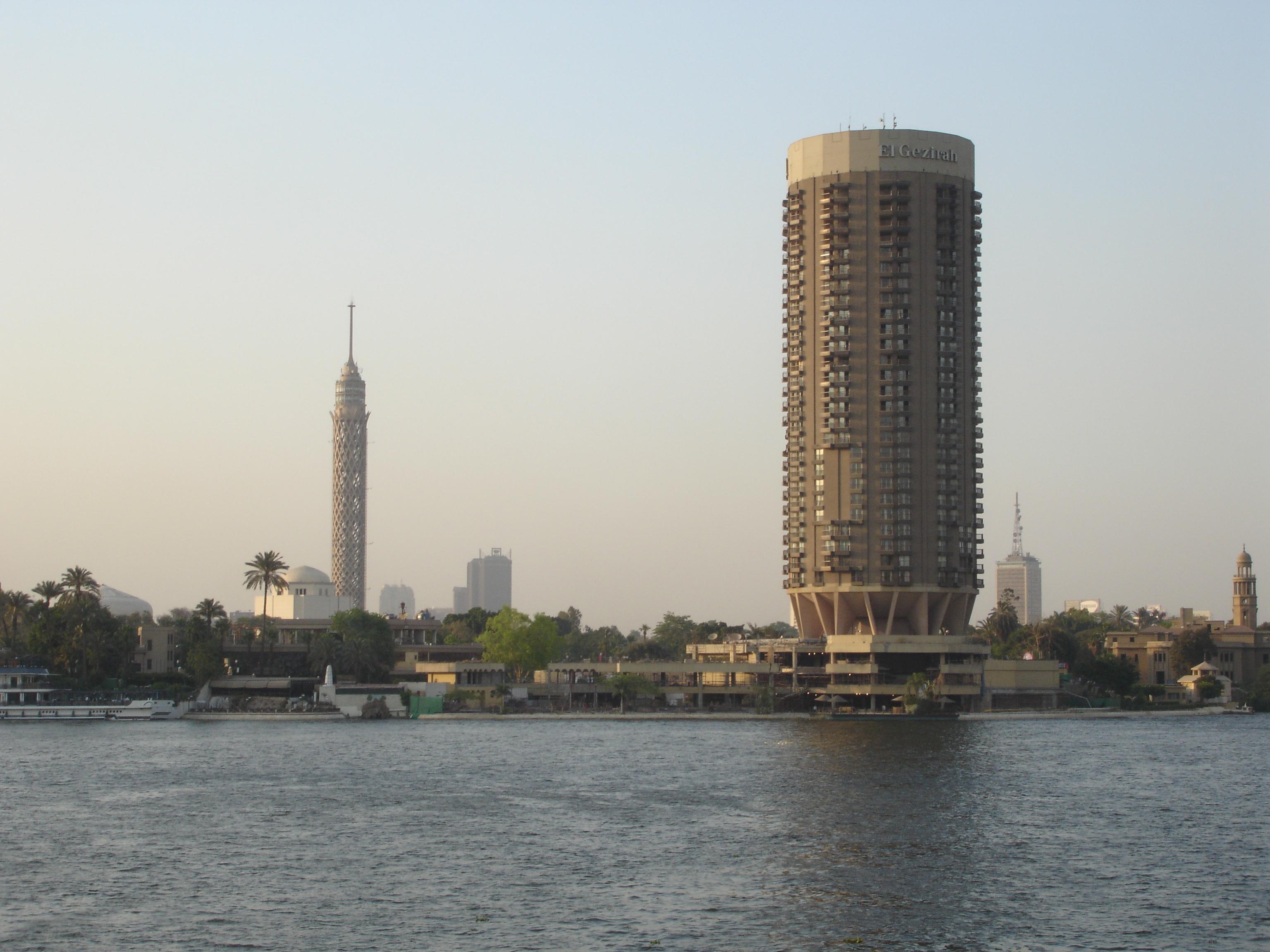 فندق سوفيتيل الجزيرة في الأمام وبرج القاهرة في الخلف.