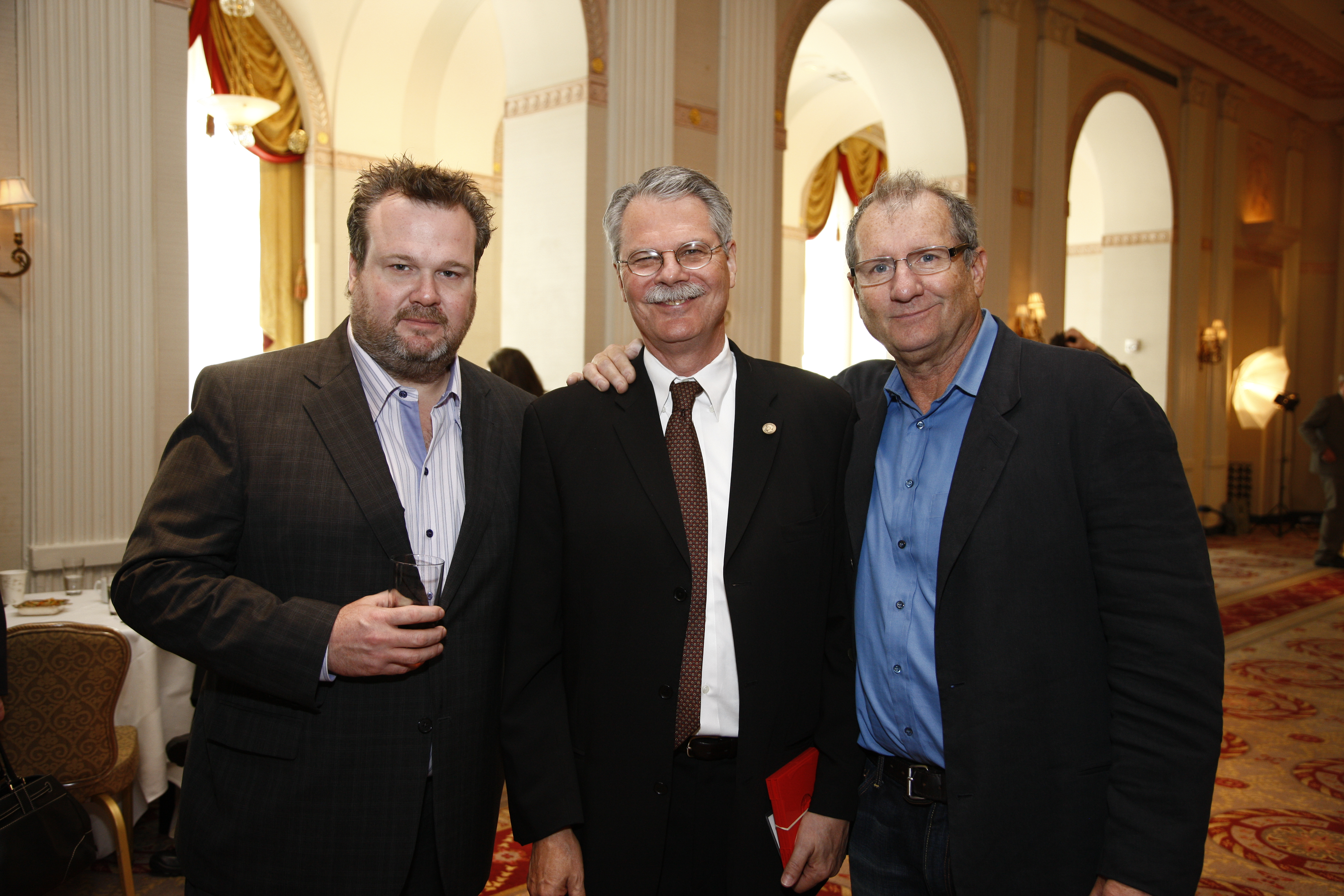 File:Eric Stonestreet, Horace Newcomb and Ed O'Neill, May 2010 (2).jpg