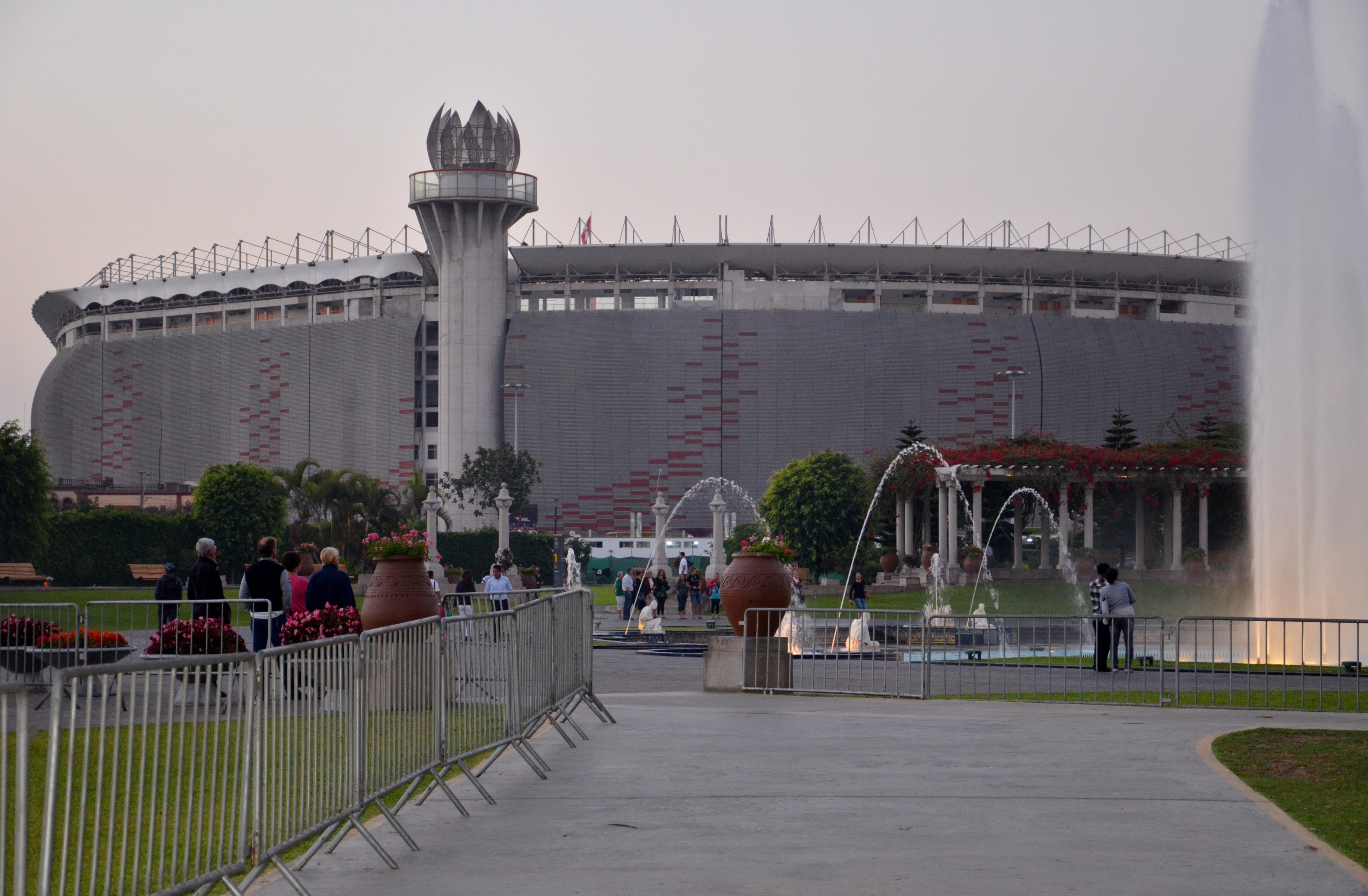 File estadio nacional de lima peru wikimedia commons for Puerta 9 del estadio nacional de lima