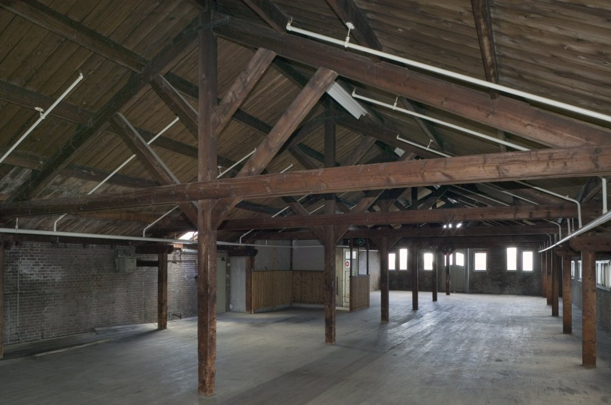 File interieur tweede verdieping overzicht van ruimte met houten spanten en kapconstuctie - Houten trap interieur ...