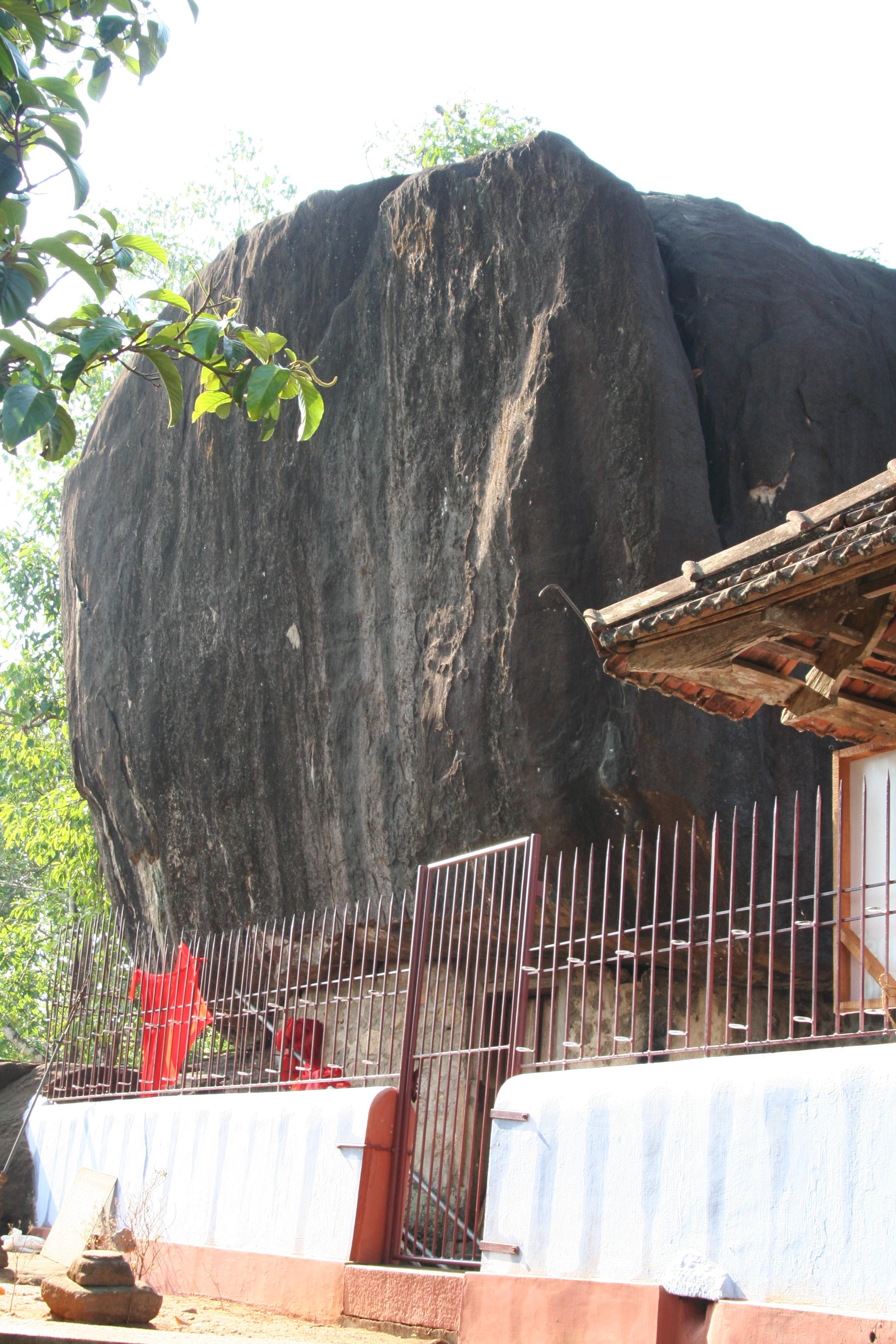 கல் கோயில். இந்த ஆலயம் படத்தில் காணப்பட்ட ஒரு பெரிய பாறைக்கு அடியில் உள்ளது. எனவே கல்லில் கோயில் என்று பெயர்