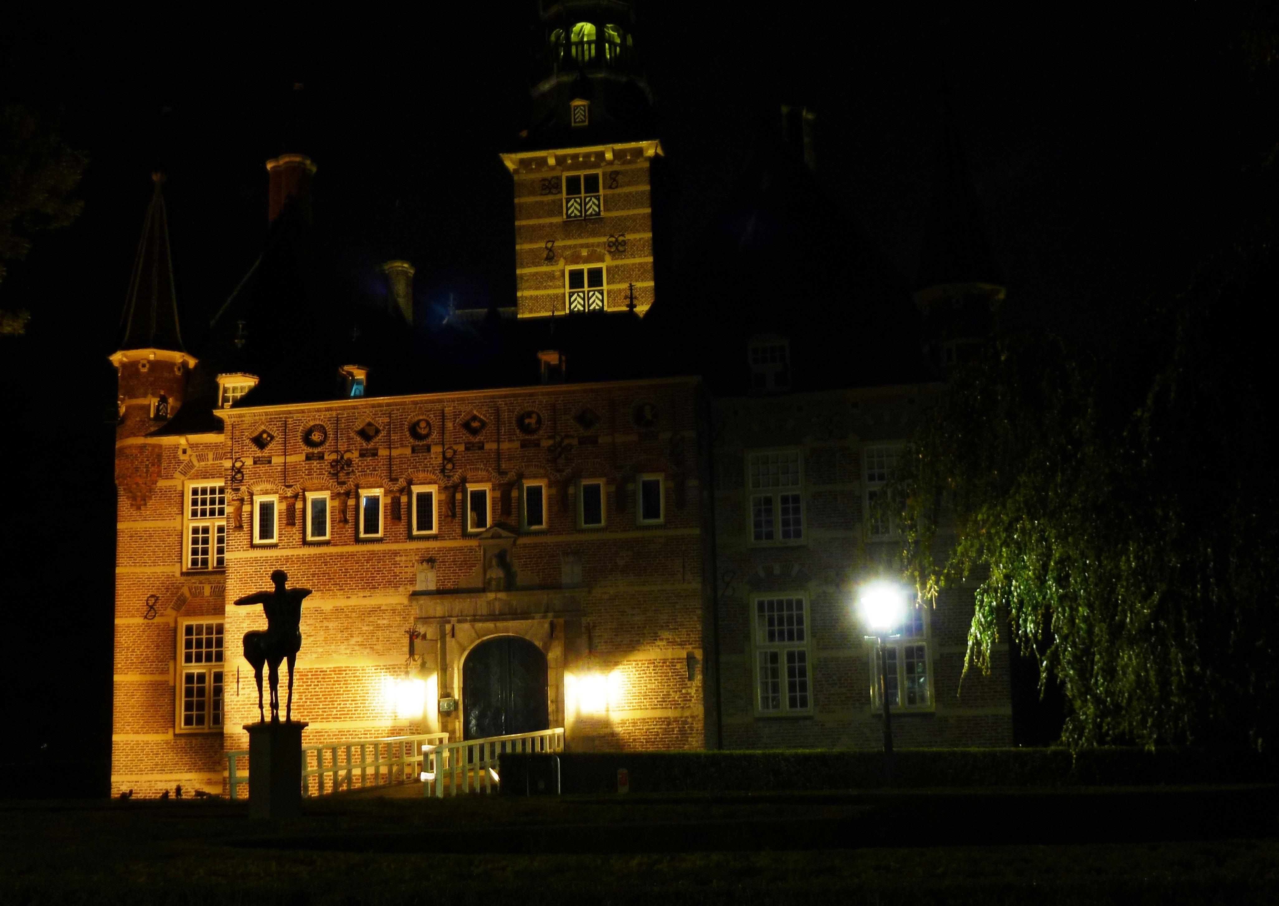 File:Kasteel Wijchen 29, verlicht, voorgevel en toren.jpg ...