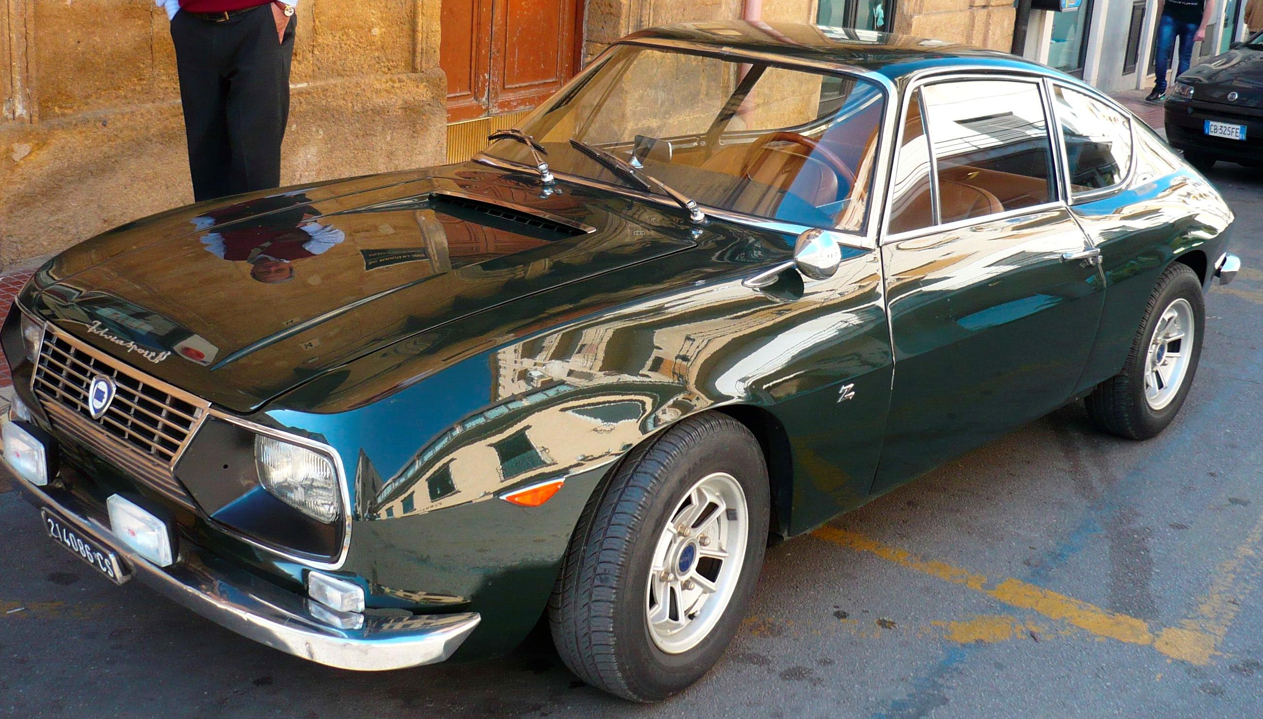 https://upload.wikimedia.org/wikipedia/commons/0/05/Lancia_Fulvia_Sport_1%2C3_Zagato_verde_1968_0064.jpg