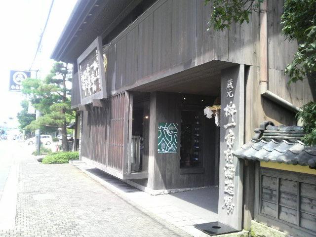 https://upload.wikimedia.org/wikipedia/commons/0/05/Masuichi_Ichimura_Sake_brewing.JPG