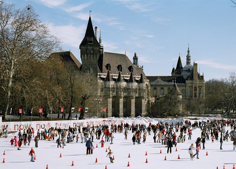 Chateau de Vajdahunyad à Budapest avec la patinoire géante en hiver - Photo de User:Themightyquill