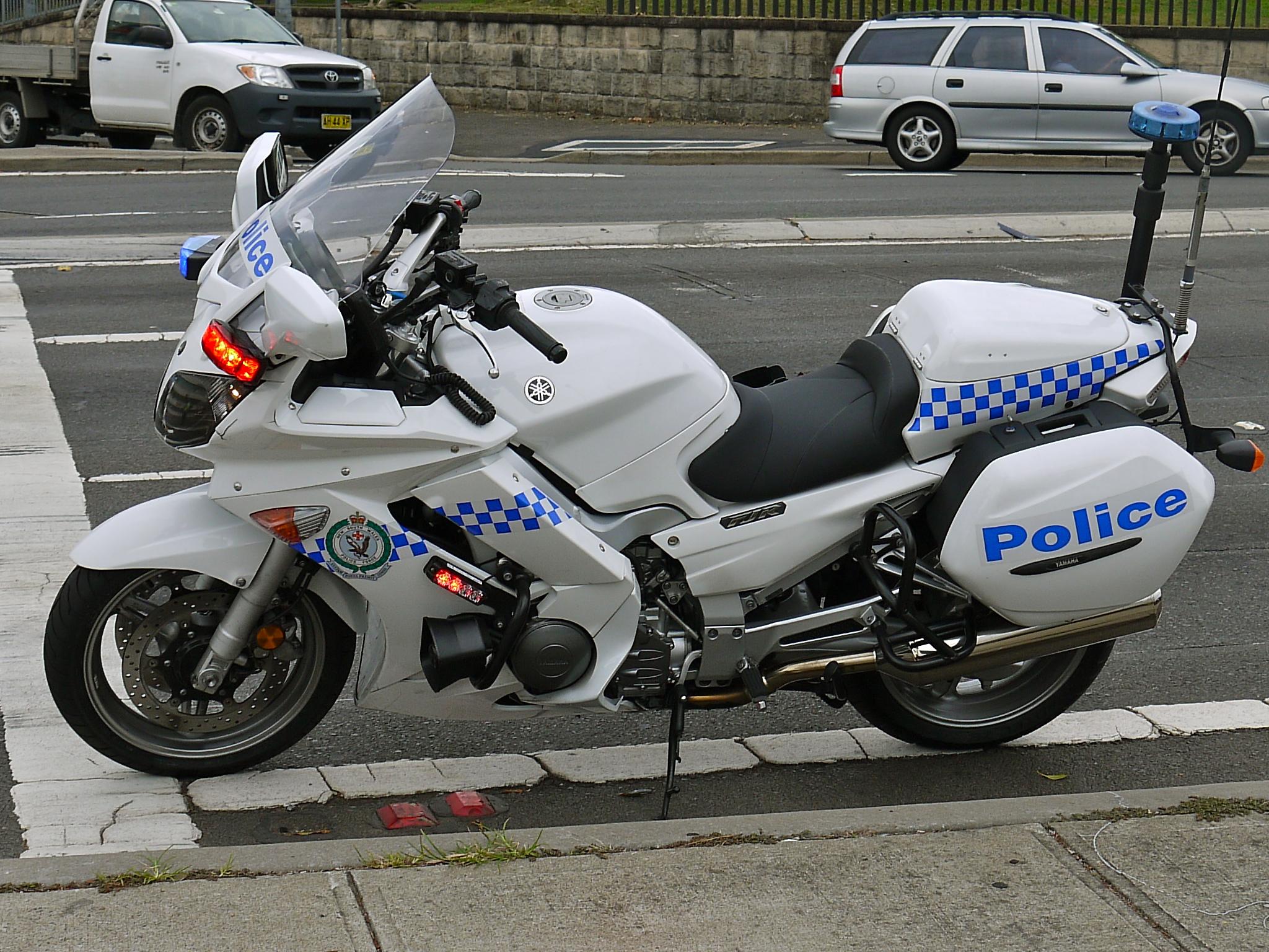 yamaha fjr 1300 weiss schwarz police mit sockel 1 18 maisto modell motorrad. Black Bedroom Furniture Sets. Home Design Ideas
