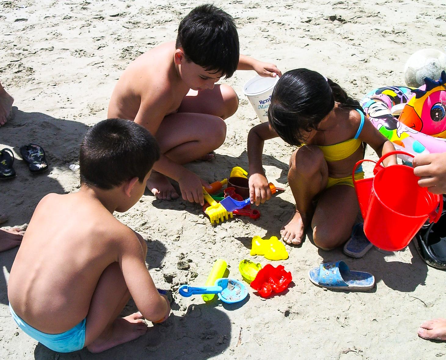 File Ninos Jugando En La Playa Jpg Wikimedia Commons
