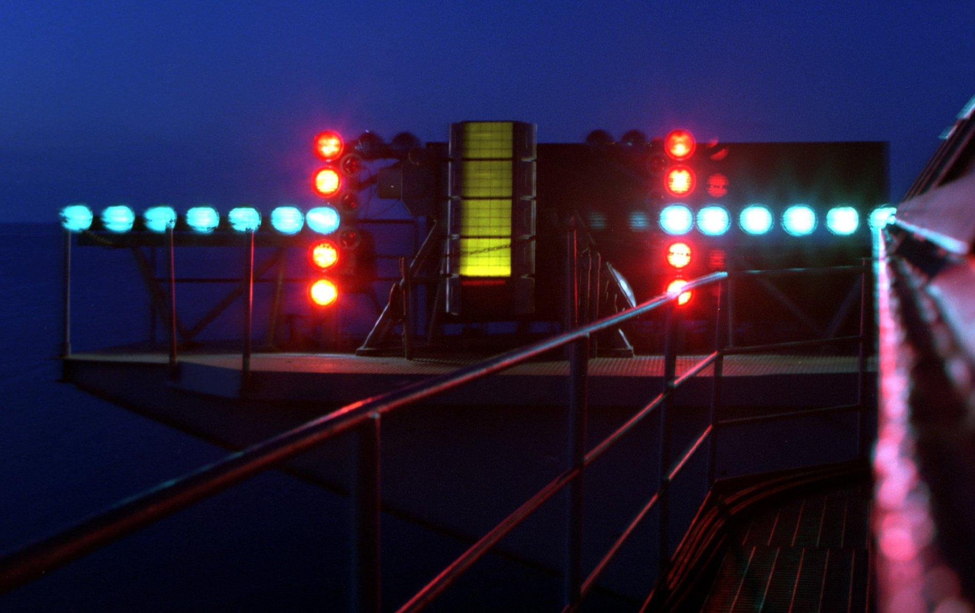 Optical_Landing_System%2C_night%2C_aboard_USS_Dwight_D._Eisenhower_%28CVN-69%29.jpg
