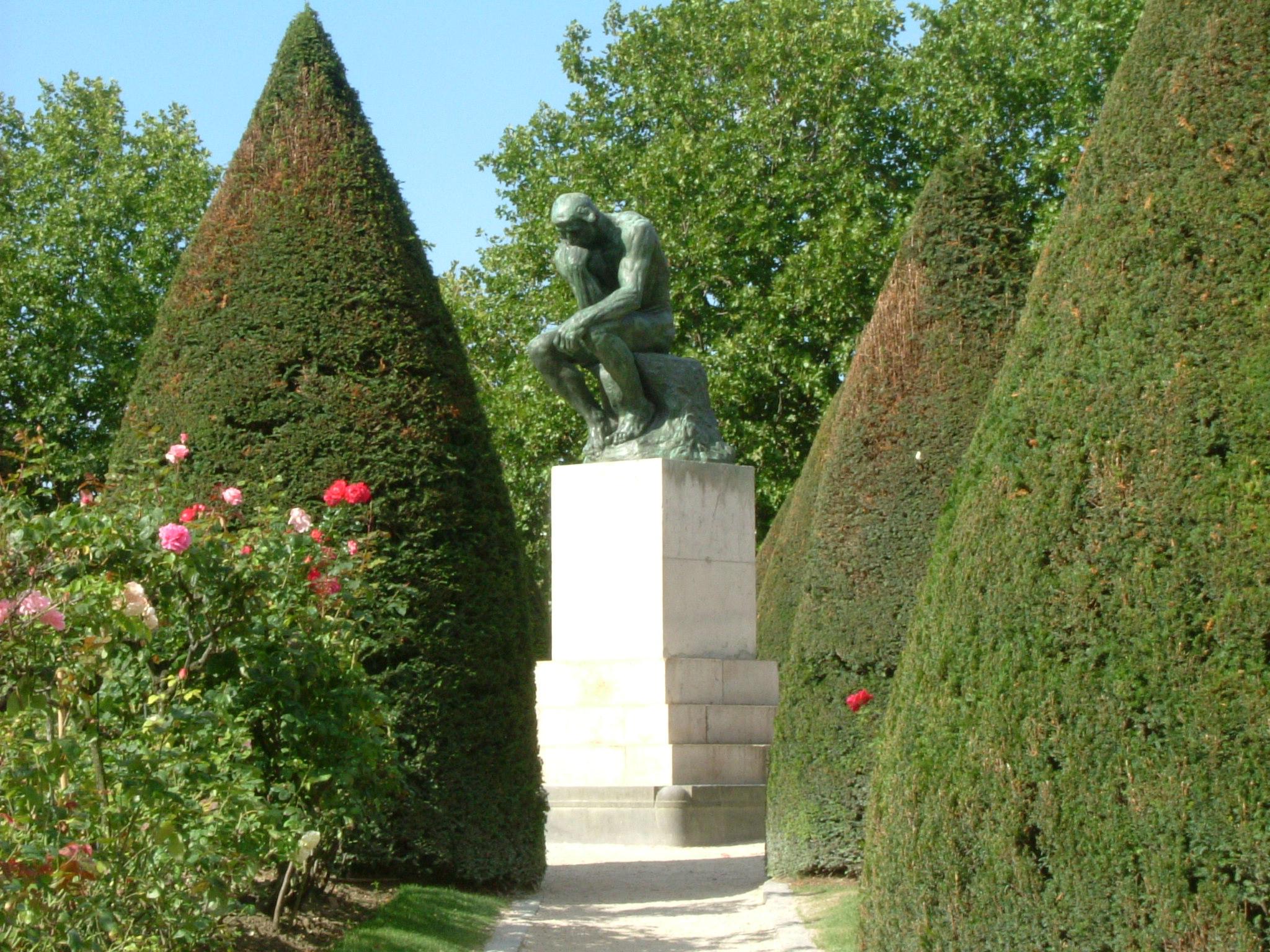 Sculpture du Penseur de Rodin dans le jardin du musée Rodin à Paris