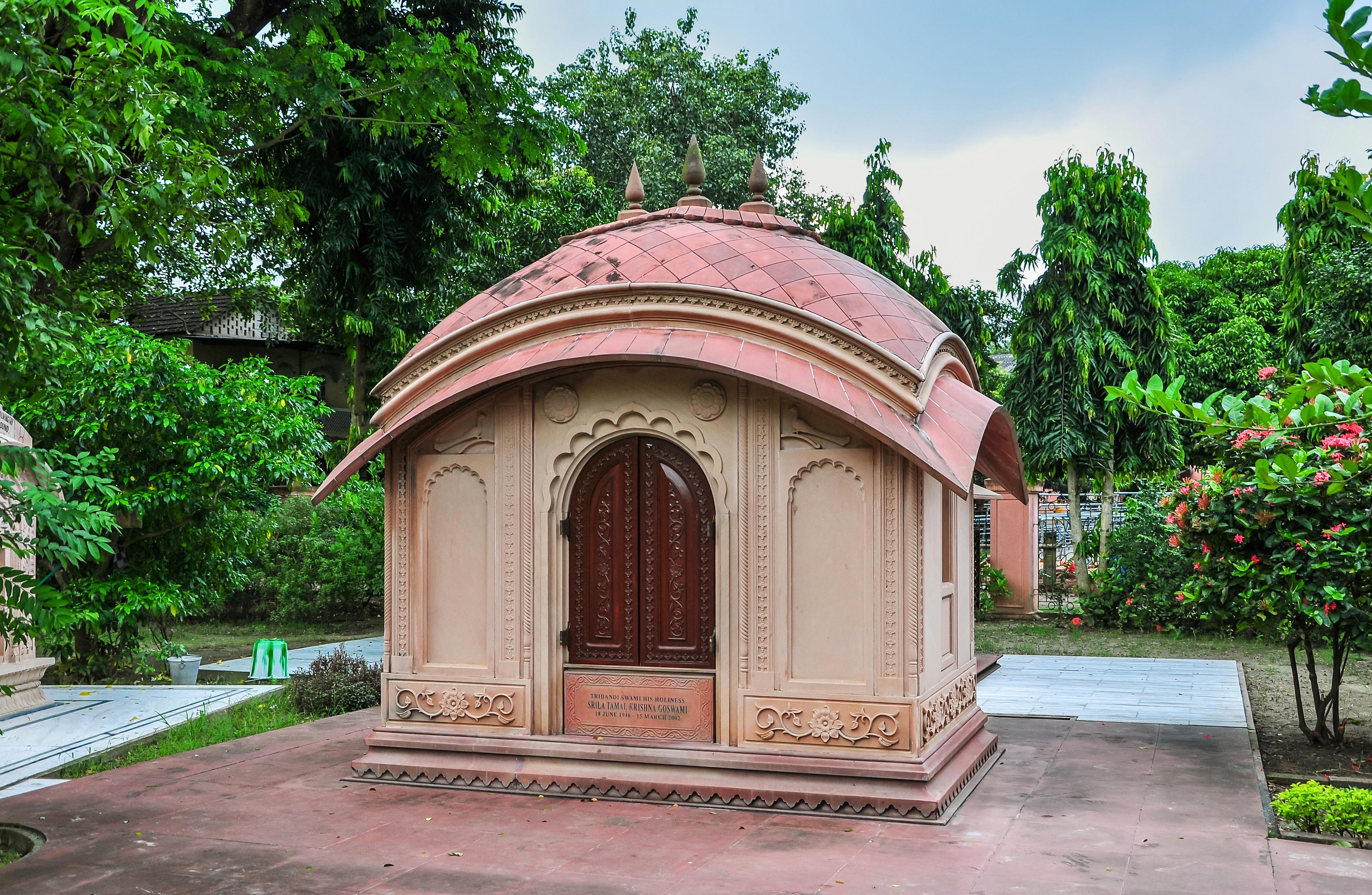 File:Pushpa Samadhi of Srila Tamal Krishna Goswami, ISKCON, Mayapur