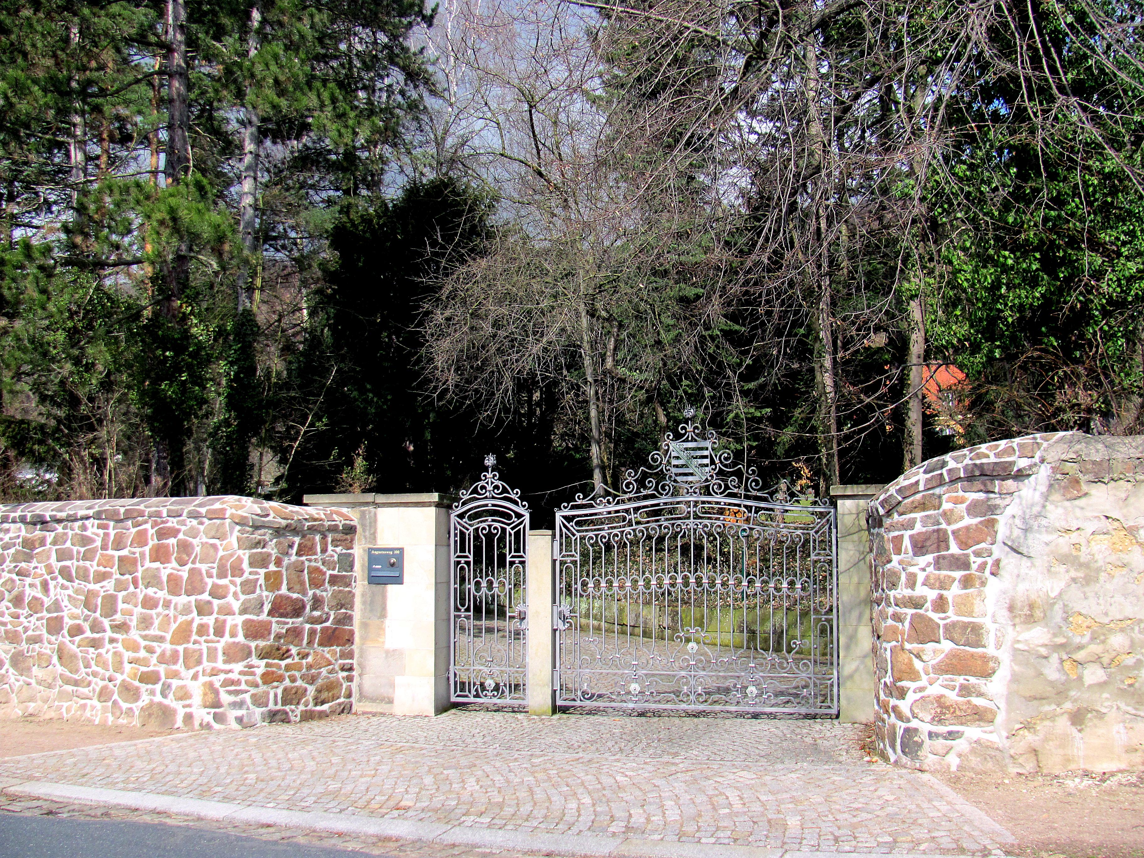 Datei:Radebeul Meyer-Villa Tor Garten.jpg