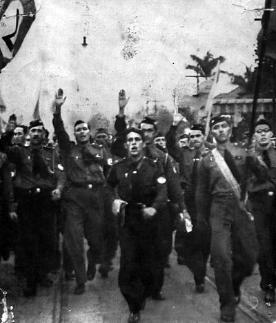 Integralists marching in Brazil SaudacaoIntegralista1935.jpg