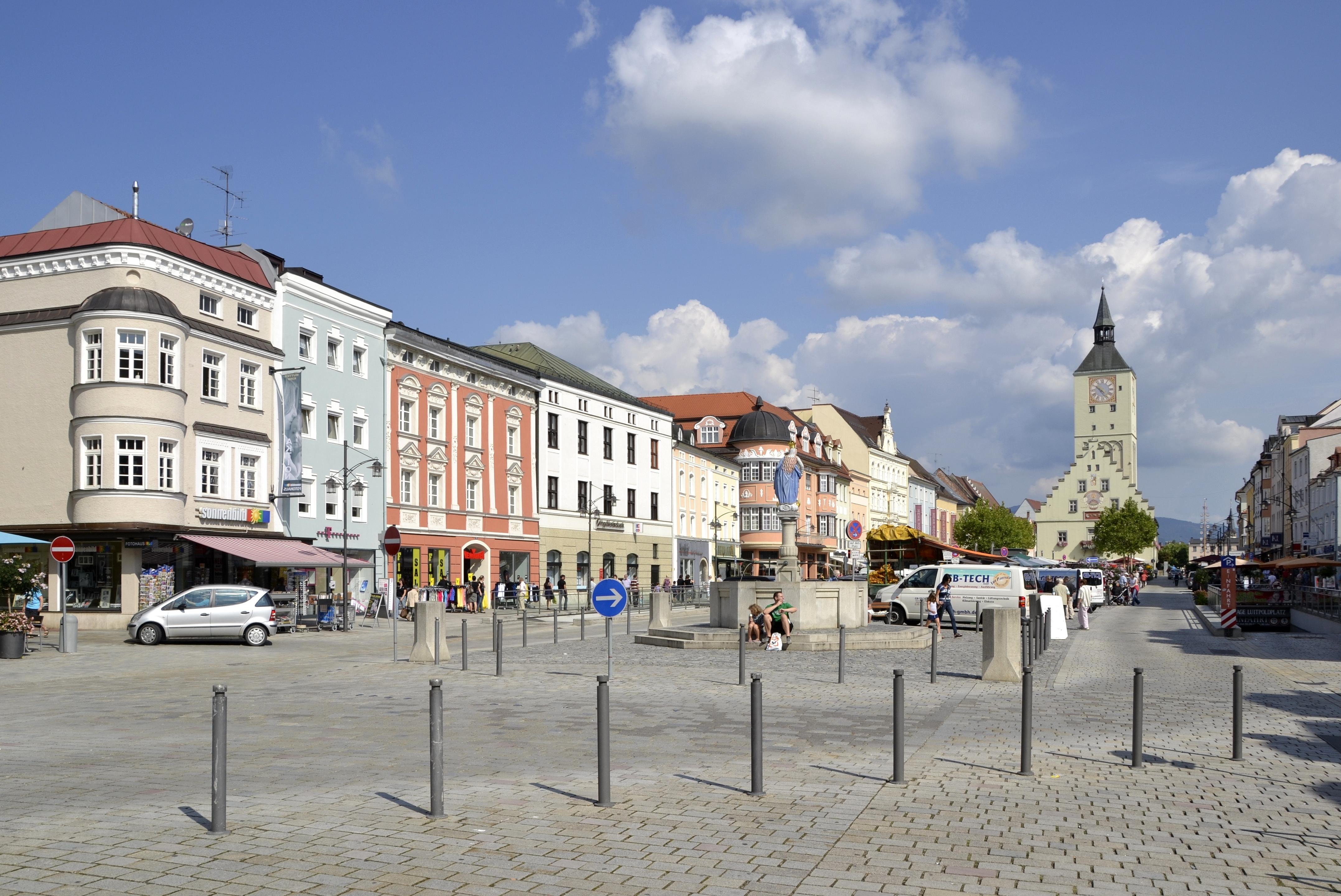 File:Stadtplatz von Deggendorf -04.jpg