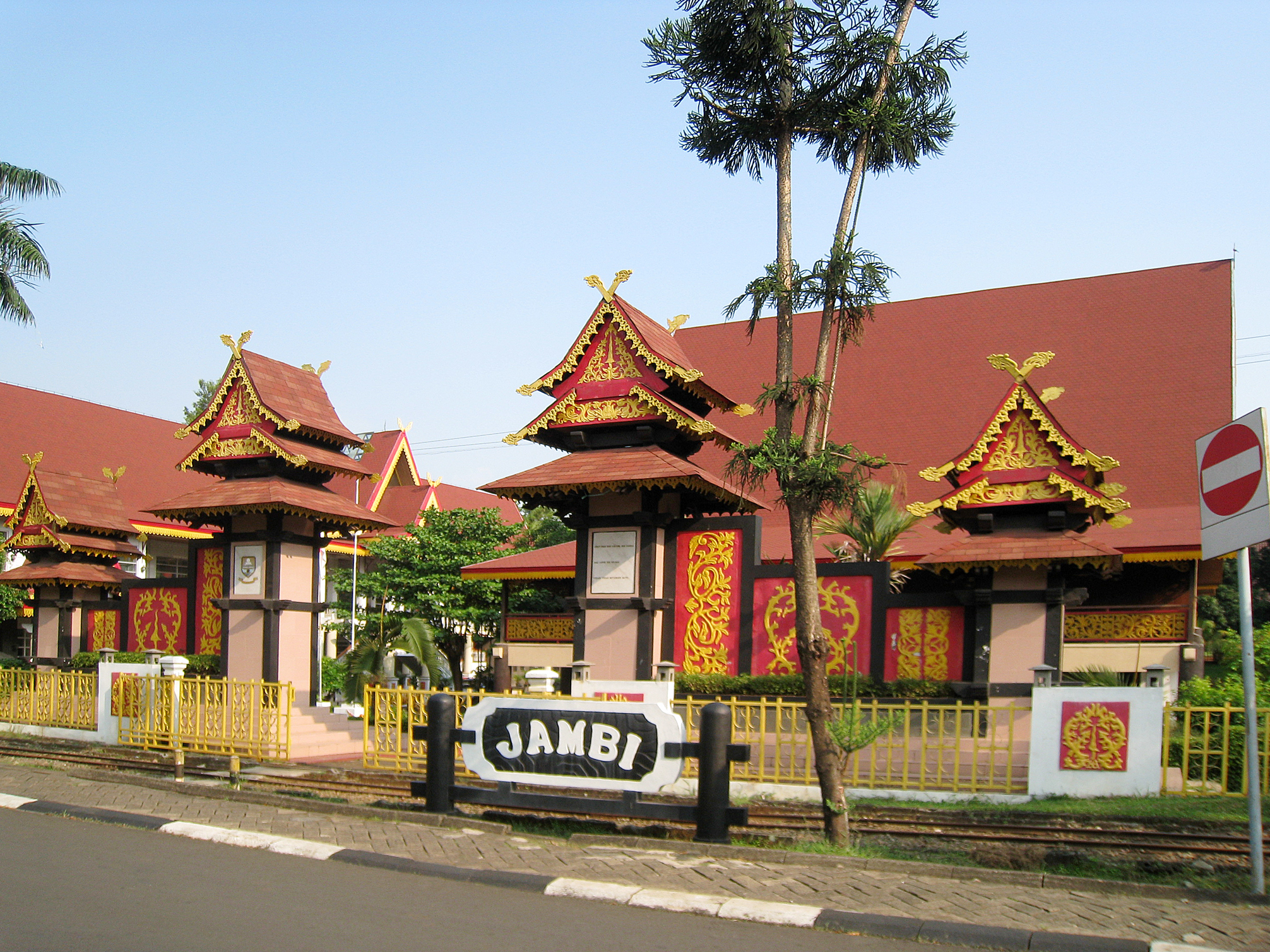 https://upload.wikimedia.org/wikipedia/commons/0/05/TMII_Jambi_Pavilion.JPG