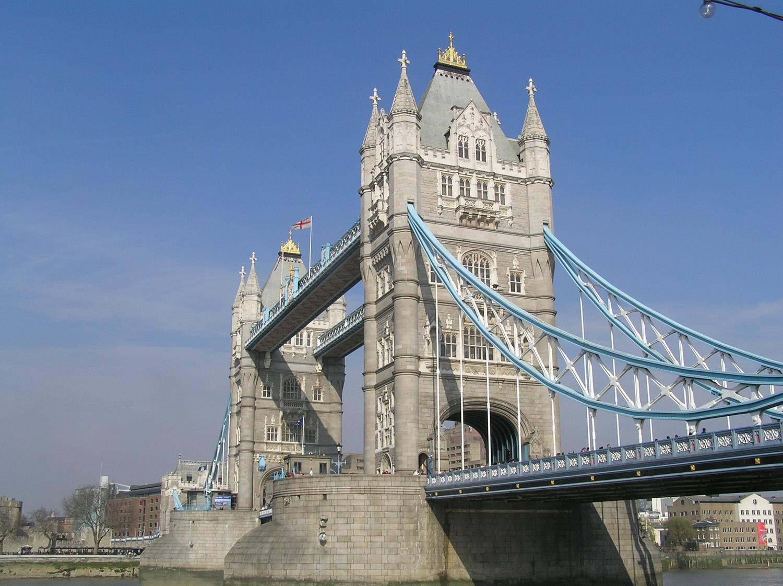 Pohľad na most z kráľovninej cesty, na južnom brehu rieky temže