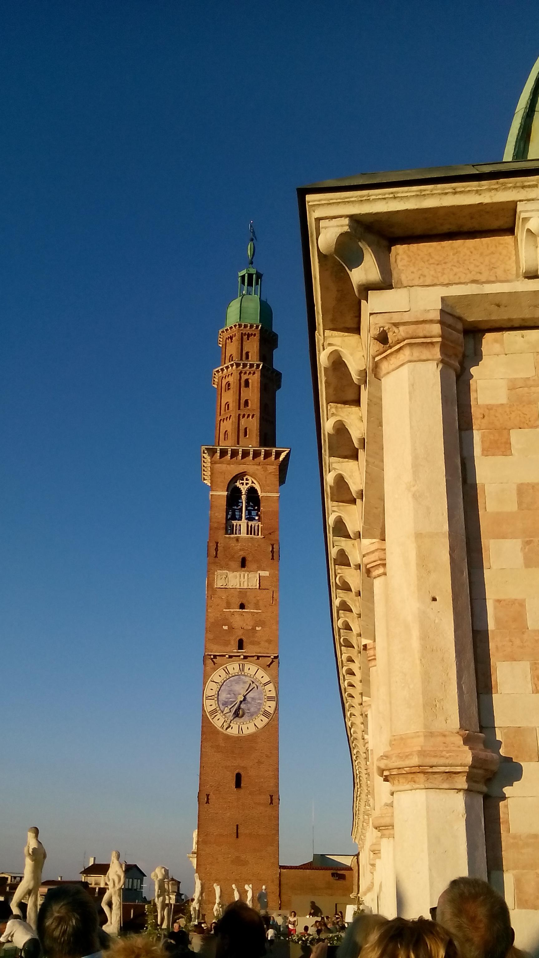 File:Visione dalla Terrazza Basilica Palladiana e Torre Bissara ...