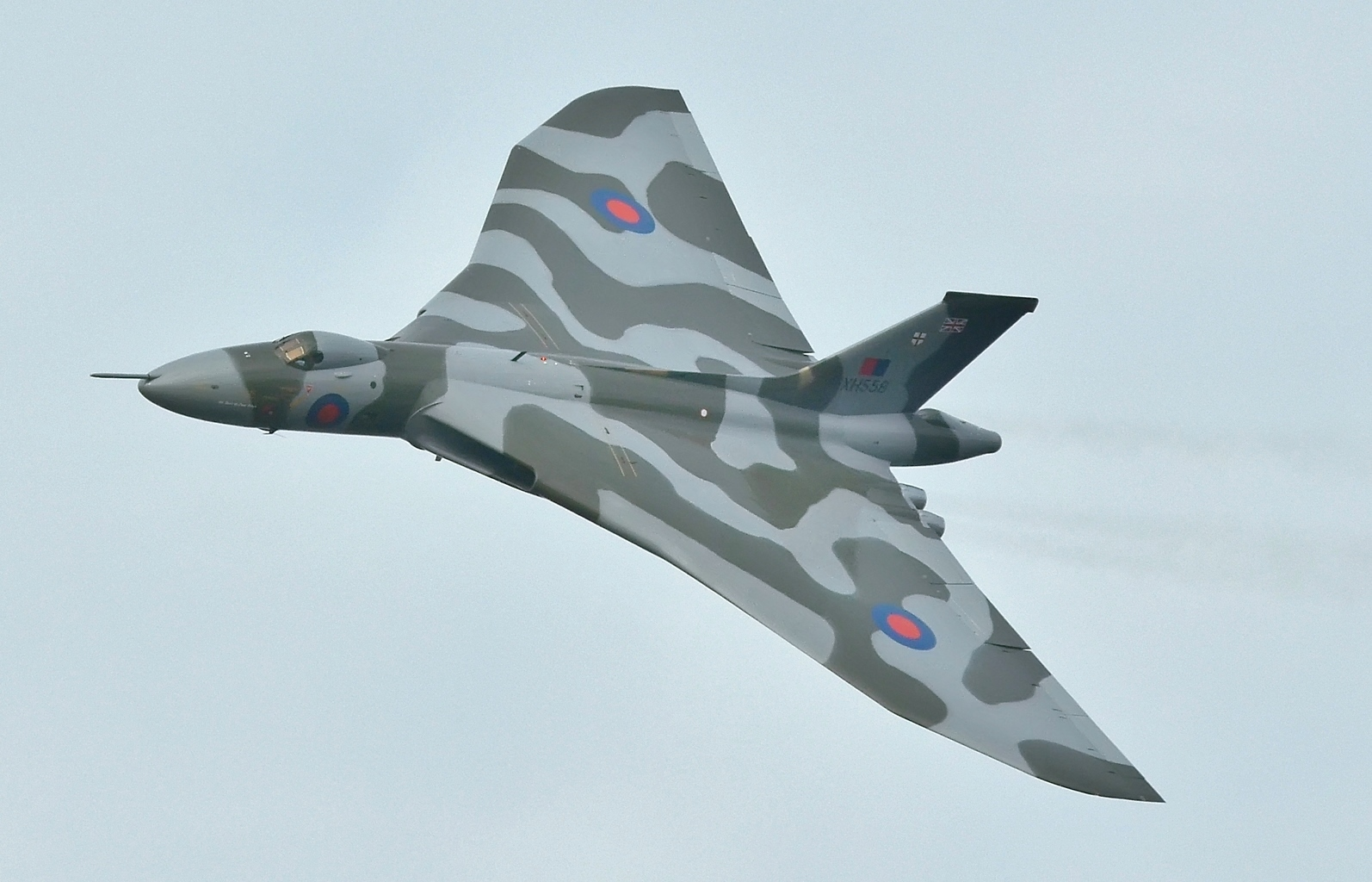 https://upload.wikimedia.org/wikipedia/commons/0/05/XH558_%28G-VLCN%29_Avro_Vulcan_-_Last_Flight_over_Farnborough_%28cropped%29.jpg