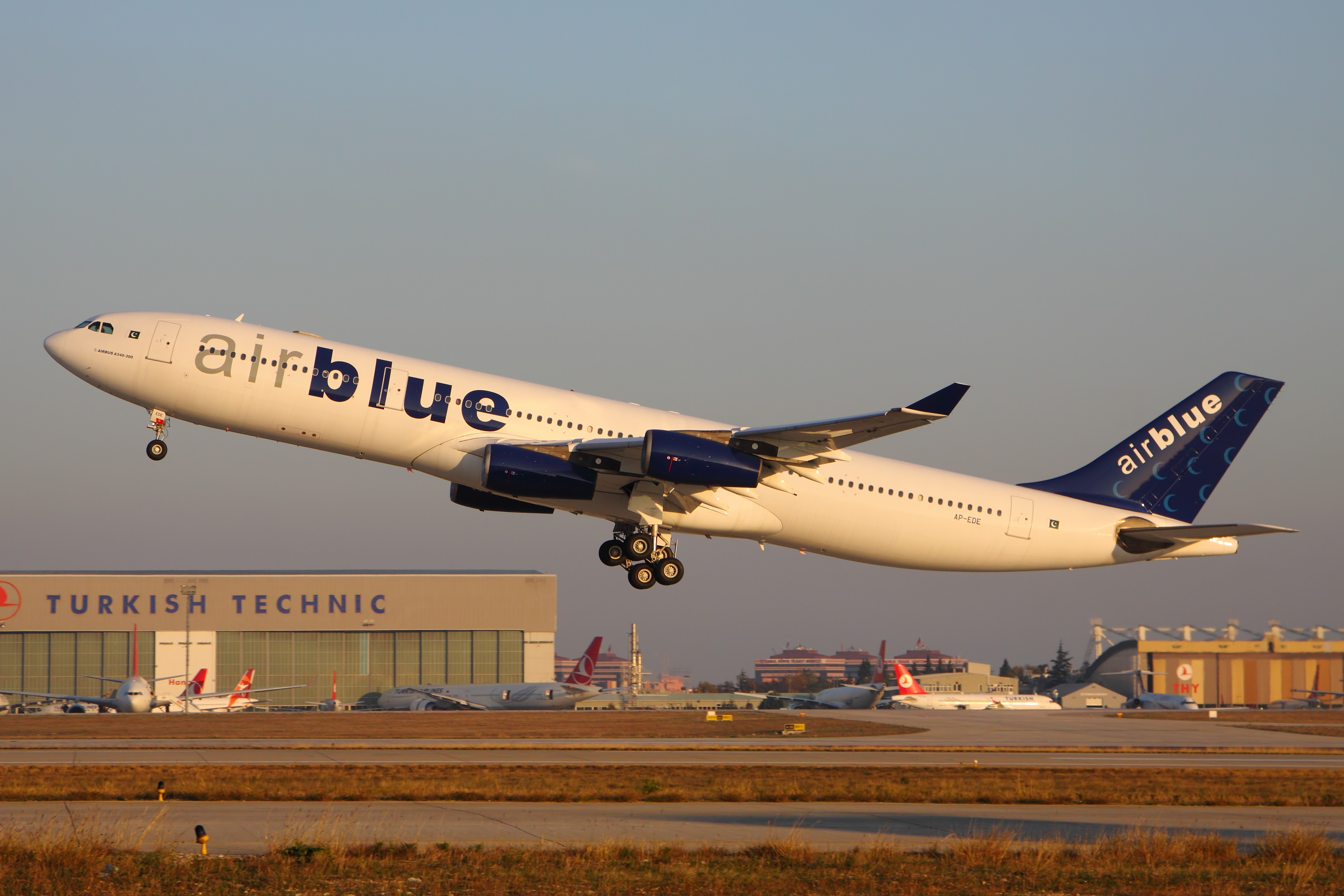 File Airblue A340 300 Ap Ede Ist 27 Nov 2017