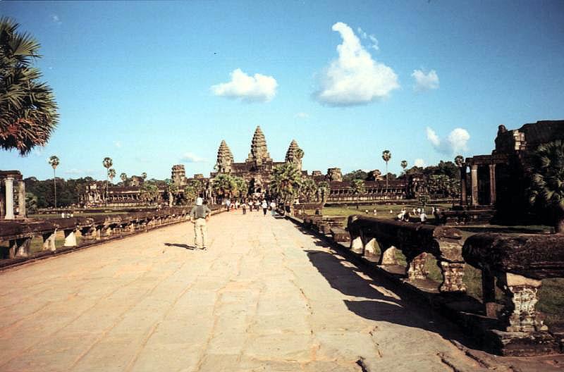 Tập tin:Angkor Wat from causeway.jpg