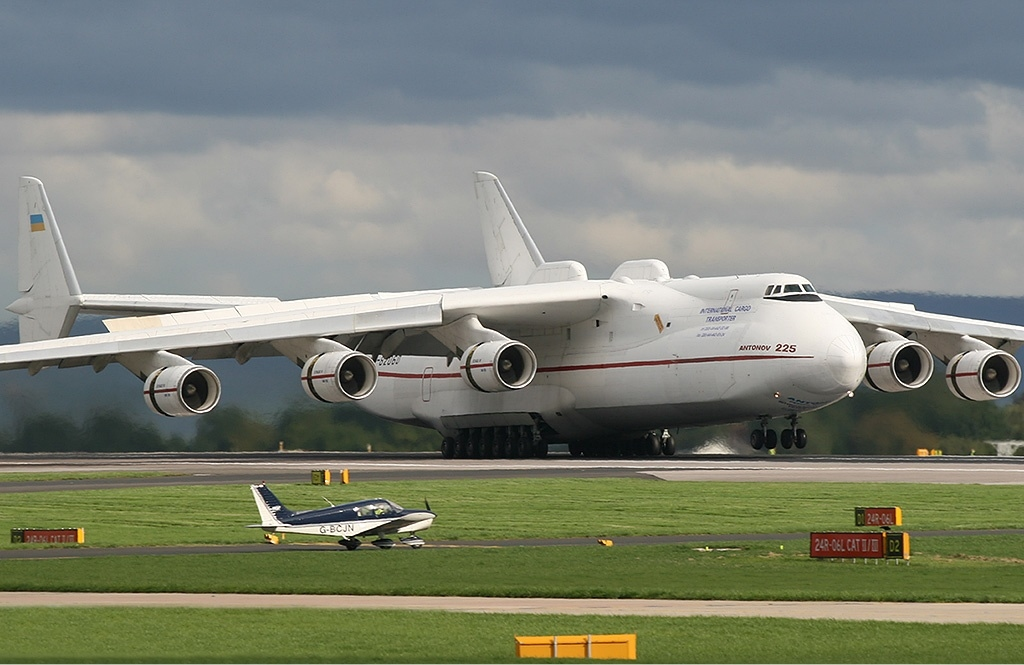 http://upload.wikimedia.org/wikipedia/commons/0/06/Antonov_An-225_Manchester_Coleman.jpg