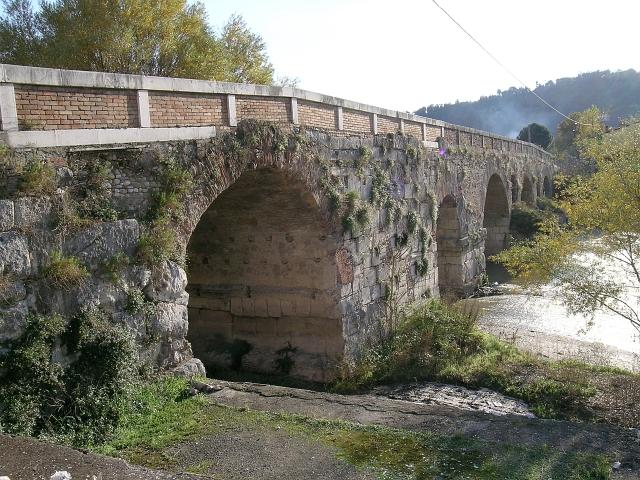 File benevento bn 2006 il ponte leproso sul fiume sabato 22602418486 jpg wikimedia commons - Il giardino sul fiume ...