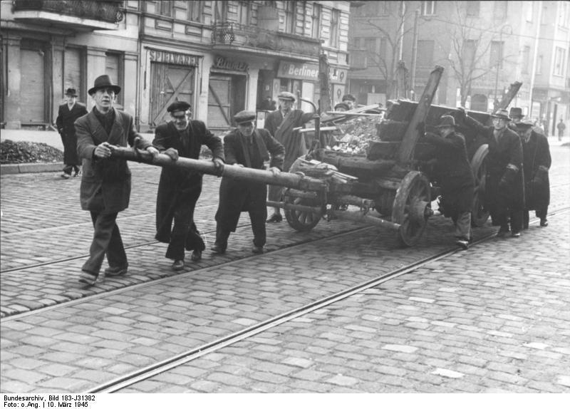 Bundesarchiv Bild 183-J31382, Berlin, Bau von Straßensperren.jpg