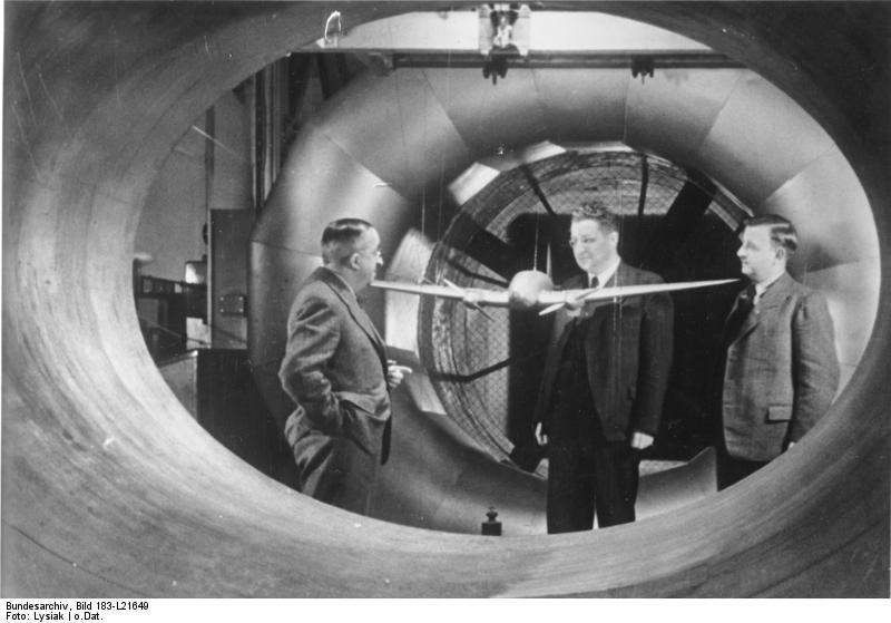 Файл:Bundesarchiv Bild 183-L21649, Ernst Heinkel mit Modell He 111 im Windkanal.jpg