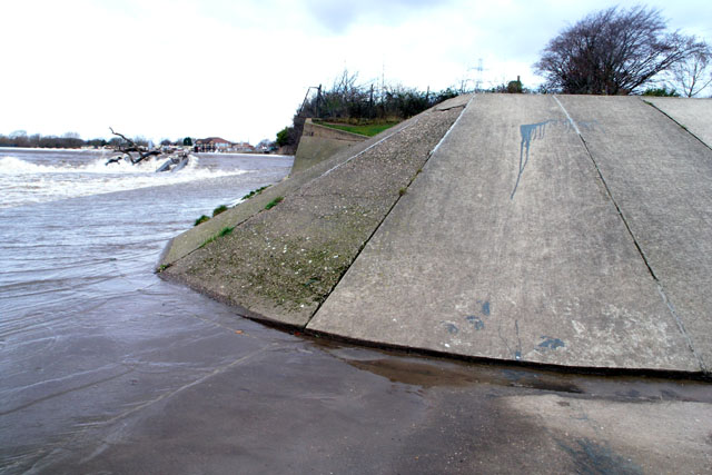 Concrete embankment - geograph.org.uk - 629113.jpg