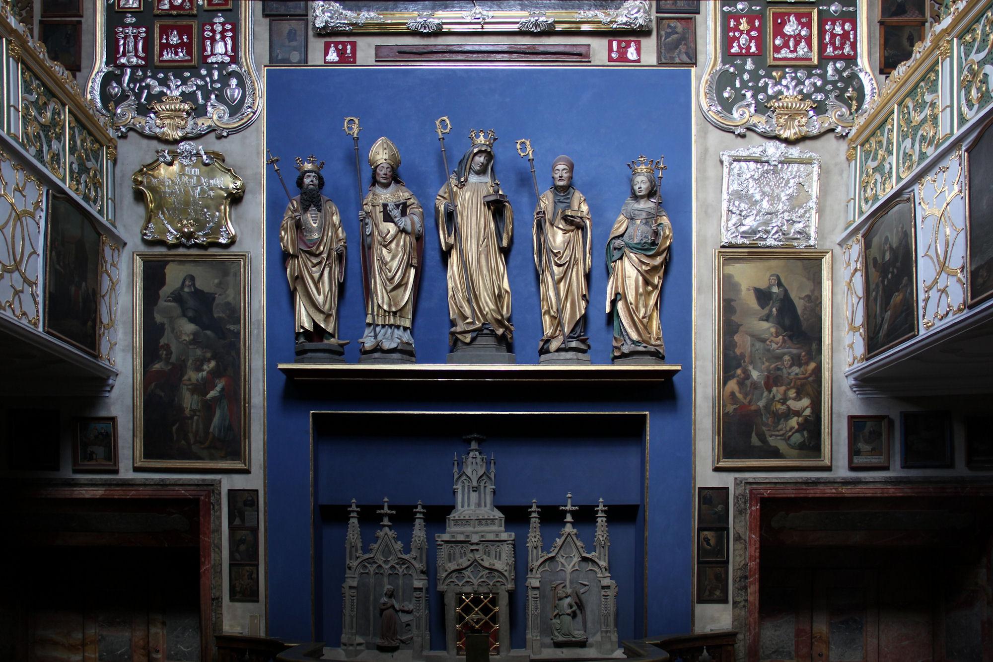 https://upload.wikimedia.org/wikipedia/commons/0/06/Eichst%C3%A4tt%2C_Kloster_St_Walburg_36-Crypt.JPG