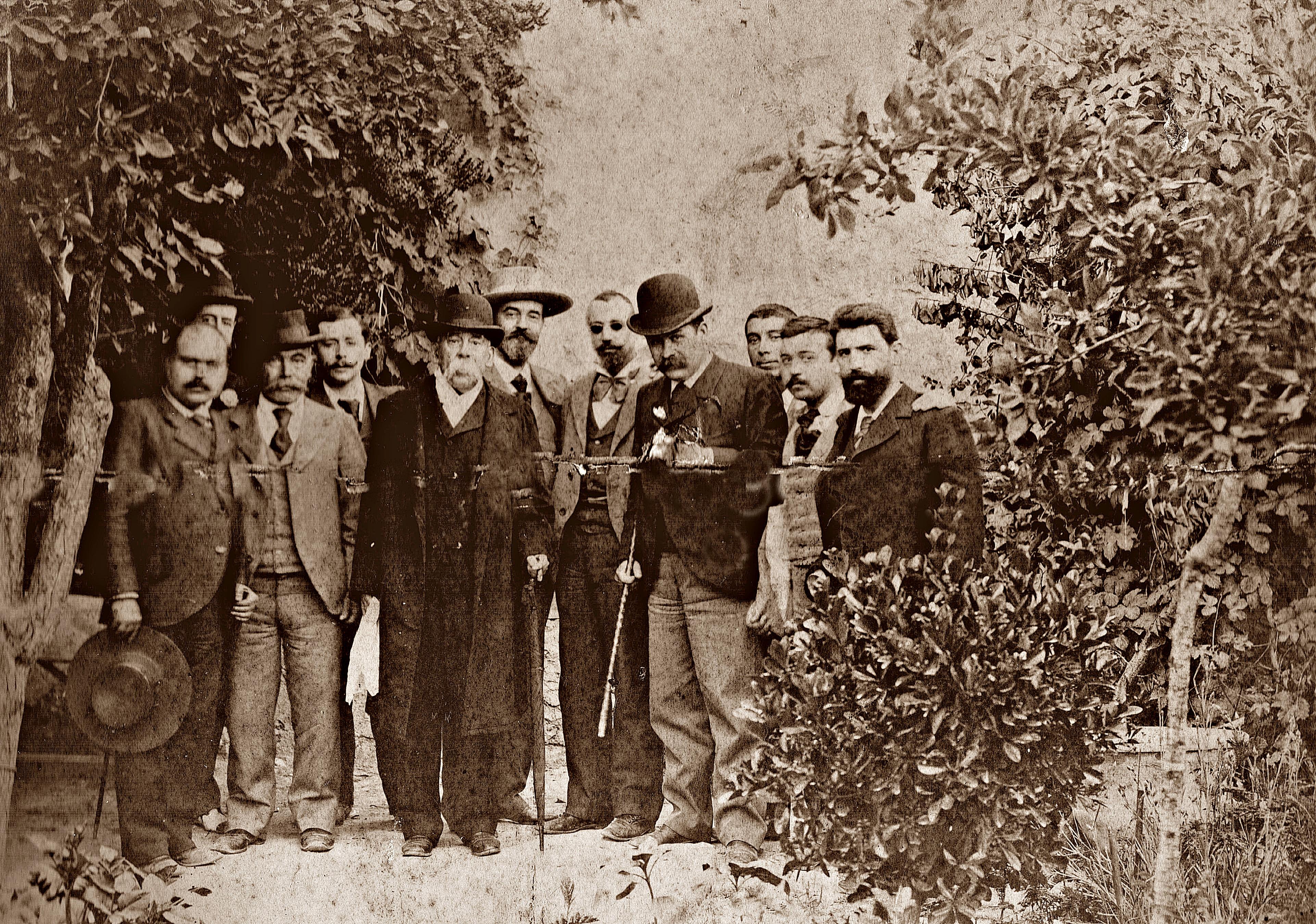 El poeta Vicente Medina (primero a la derecha de la foto) con Emilio Castelar, José García-Vaso y otros amigos