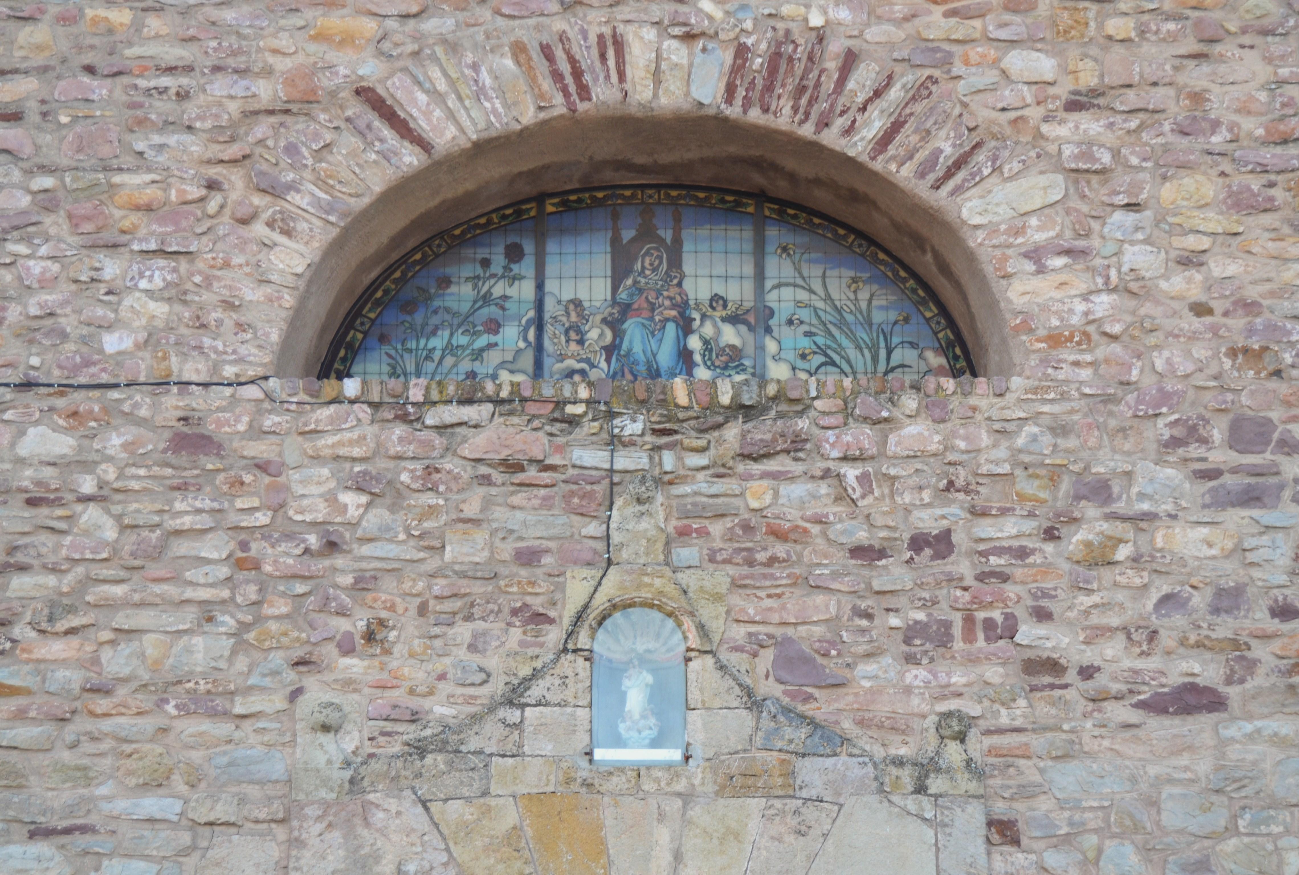 Archivo:Finestra de la façana de lesglésia de la Mare de Déu dels Àngels...