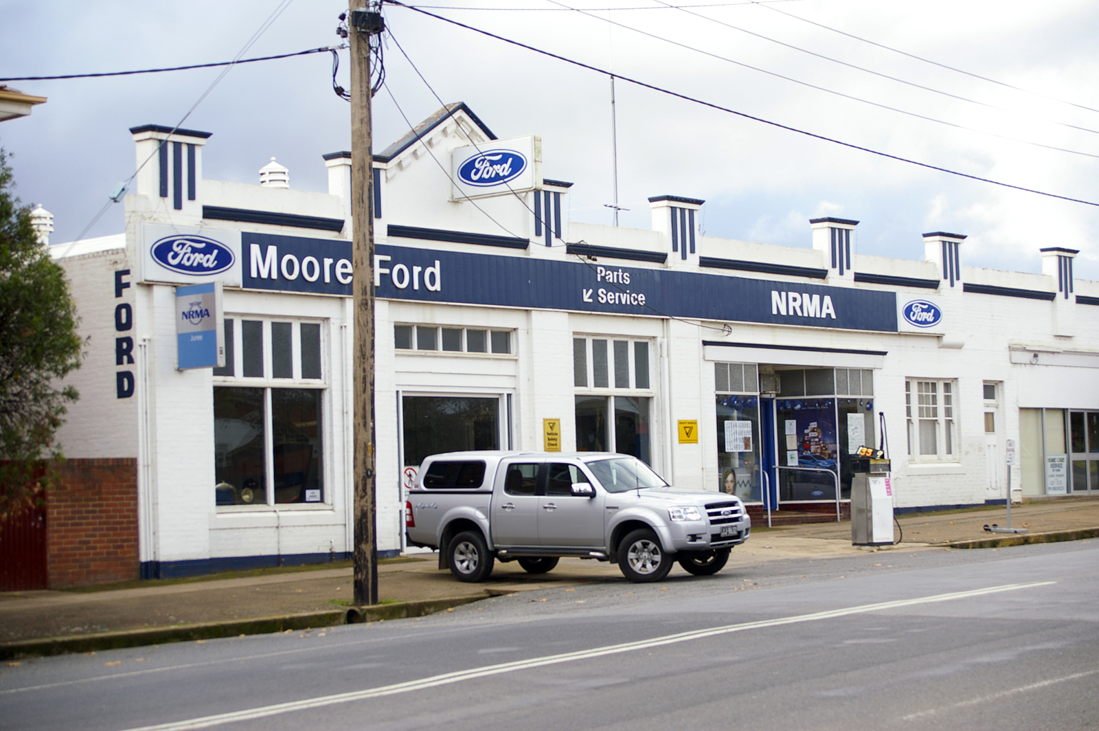 Description Ford Dealership in Junee