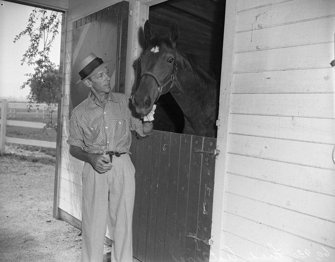 http://upload.wikimedia.org/wikipedia/commons/0/06/Fred_Astaire_and_horse.jpg