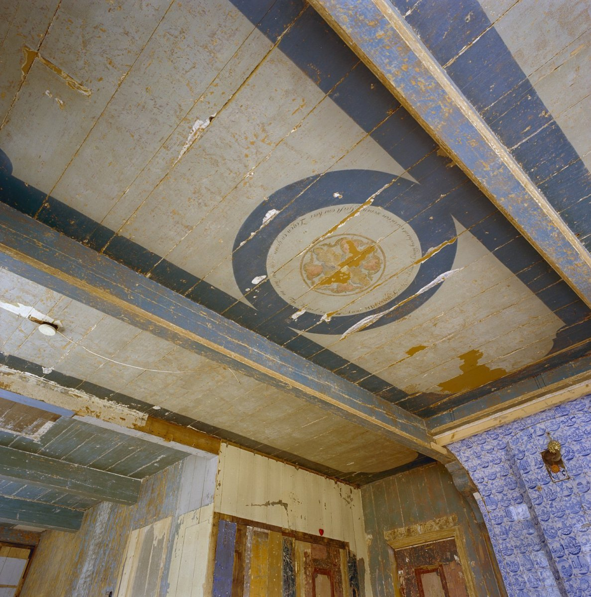 Description Interieur, woonkamer, beschilderd houten plafond - Zaandam ...