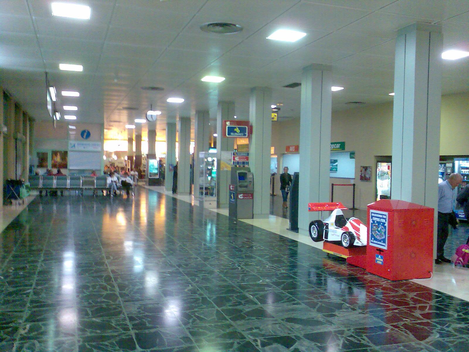 File interior de la terminal del aeropuerto de santiago - Interior santiago de compostela ...