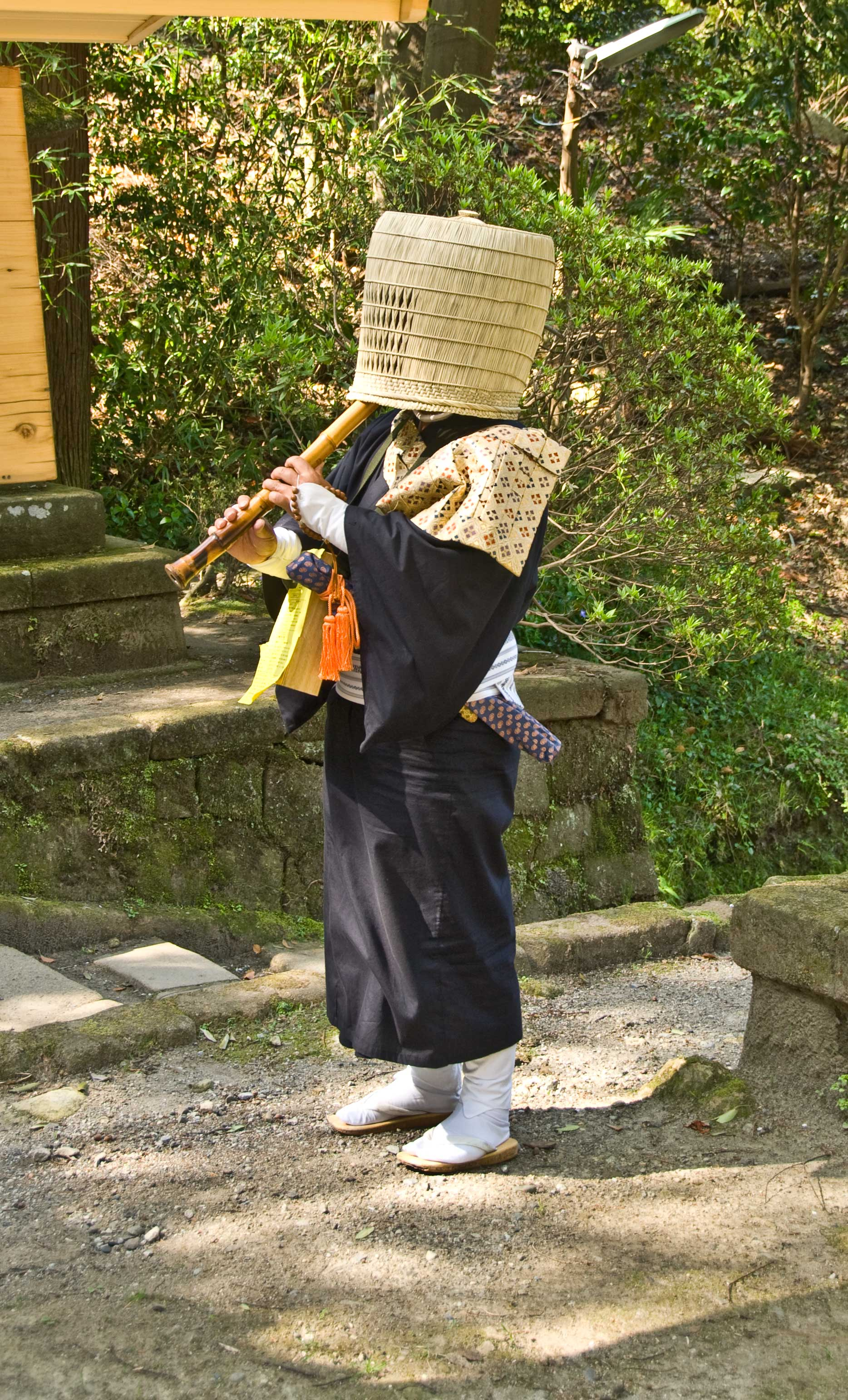 https://upload.wikimedia.org/wikipedia/commons/0/06/Komuso_Buddhist_monk_beggar_Kita-kamakura.jpg