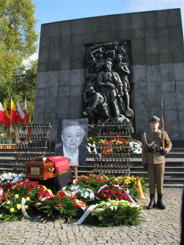 https://upload.wikimedia.org/wikipedia/commons/0/06/Marek_Edelman%27s_funeral_Warsaw_October09_2009_02.jpg