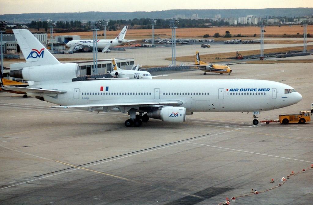 VILAIN N° 157 COL AOM   DC 10 30   F-GNEM