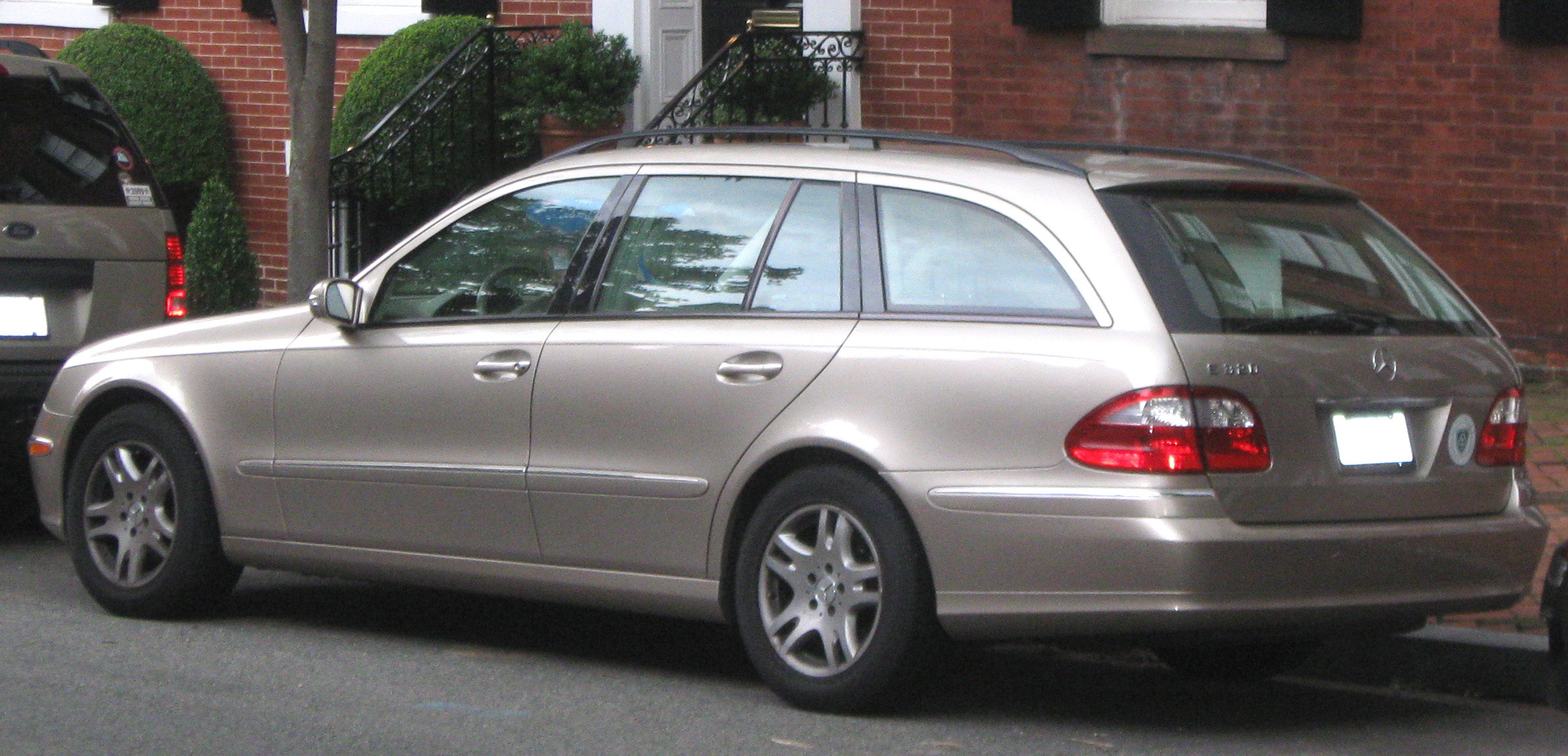File mercedes benz e320 wagon wikimedia commons for Mercedes benz e320 wagon