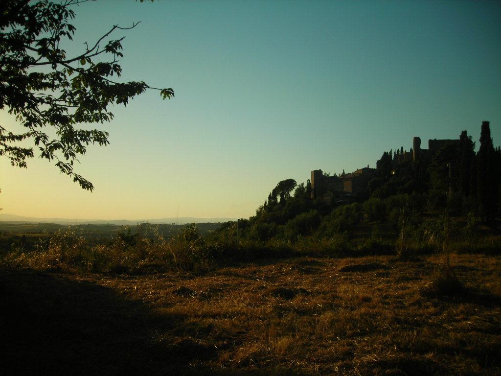 Castello di Montelifrè. Veduta al tramonto dalla strada per Montisi del caratteristico borgo di Montelifrè