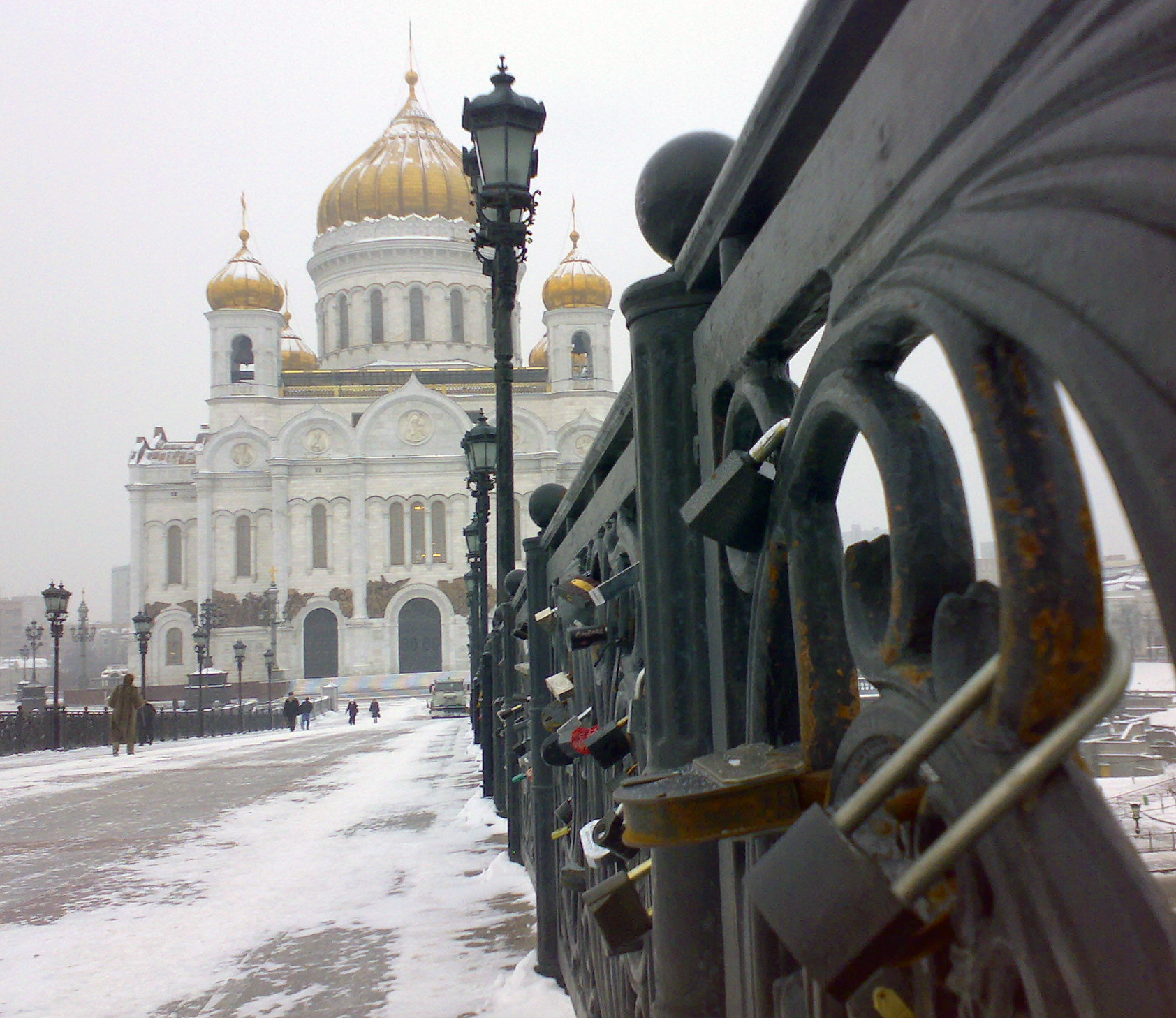 Description moscow bridge to cathedral of christ the saviour