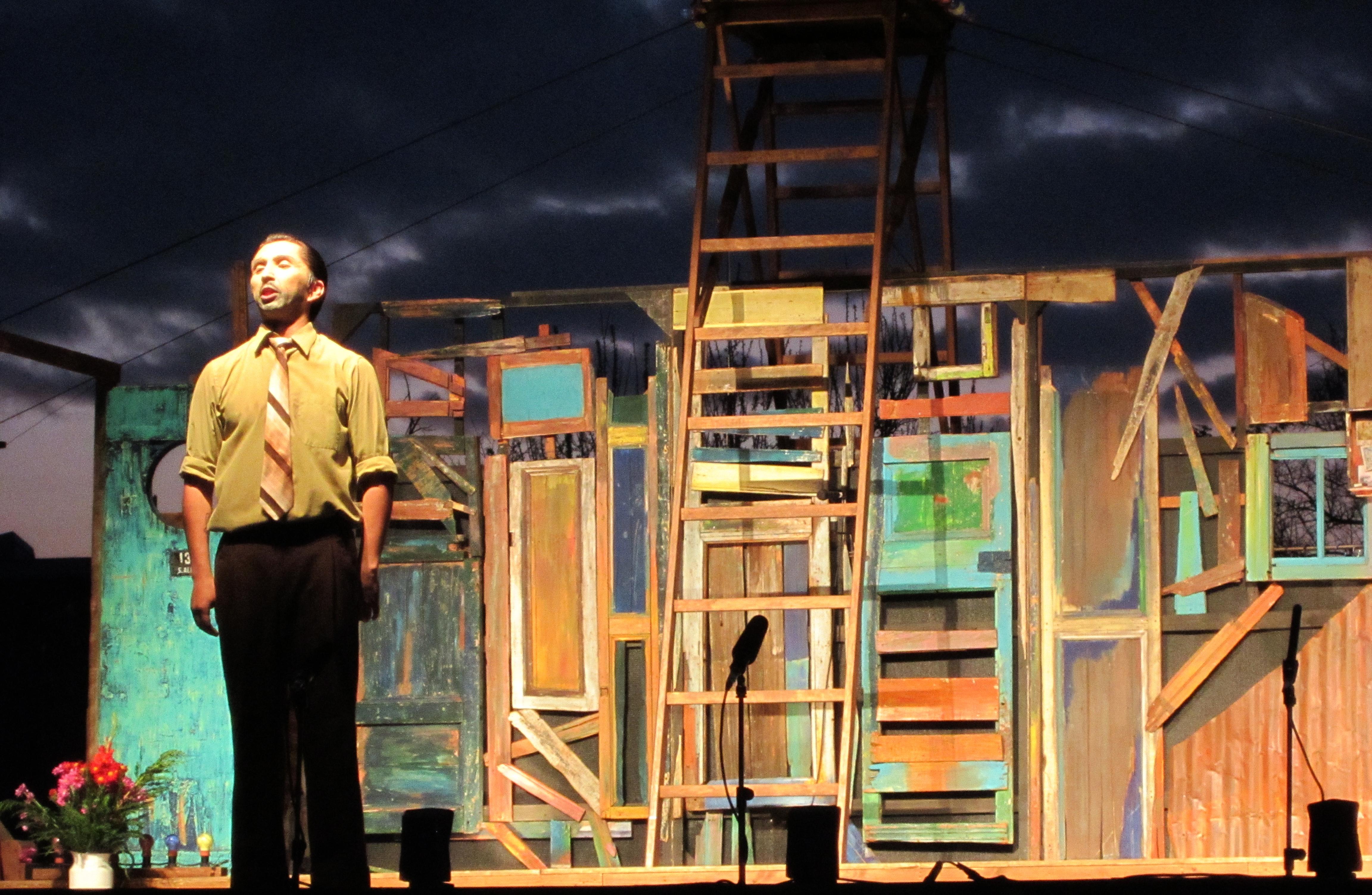 Roberto Parra representado en la obra teatral La Negra Ester, basada en su libro homónimo. La imagen muestra una presentación en el año 2012.