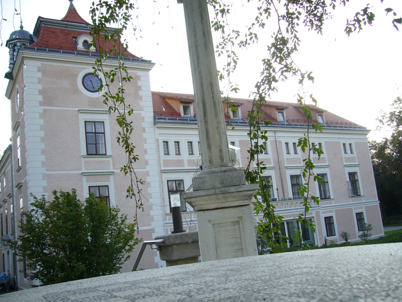 File:Schloss Leopoldsdorf bei Nacht forsale24.net - Wikimedia