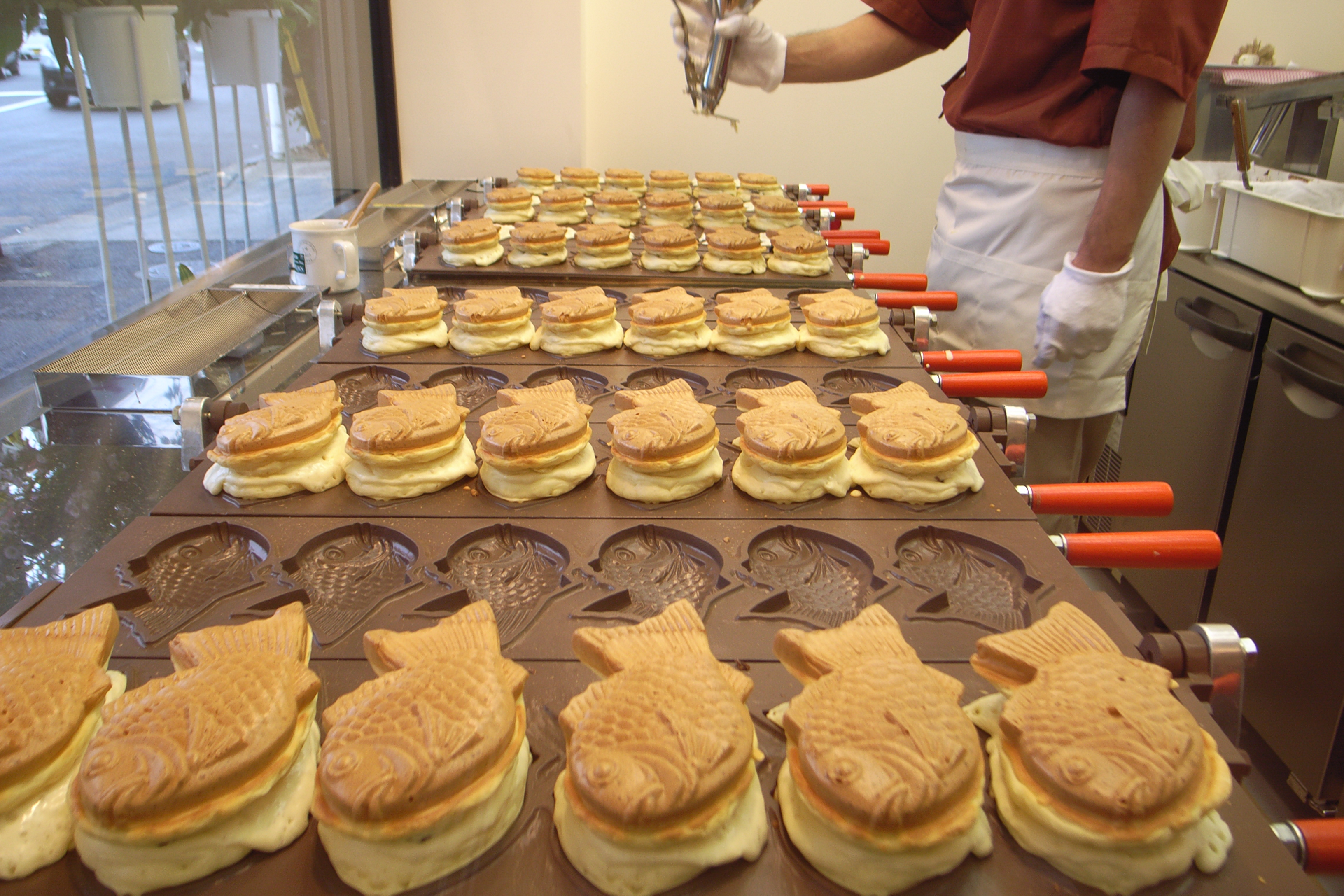 http://upload.wikimedia.org/wikipedia/commons/0/06/Taiyaki_baking_by_ope_in_Tokyo.jpg