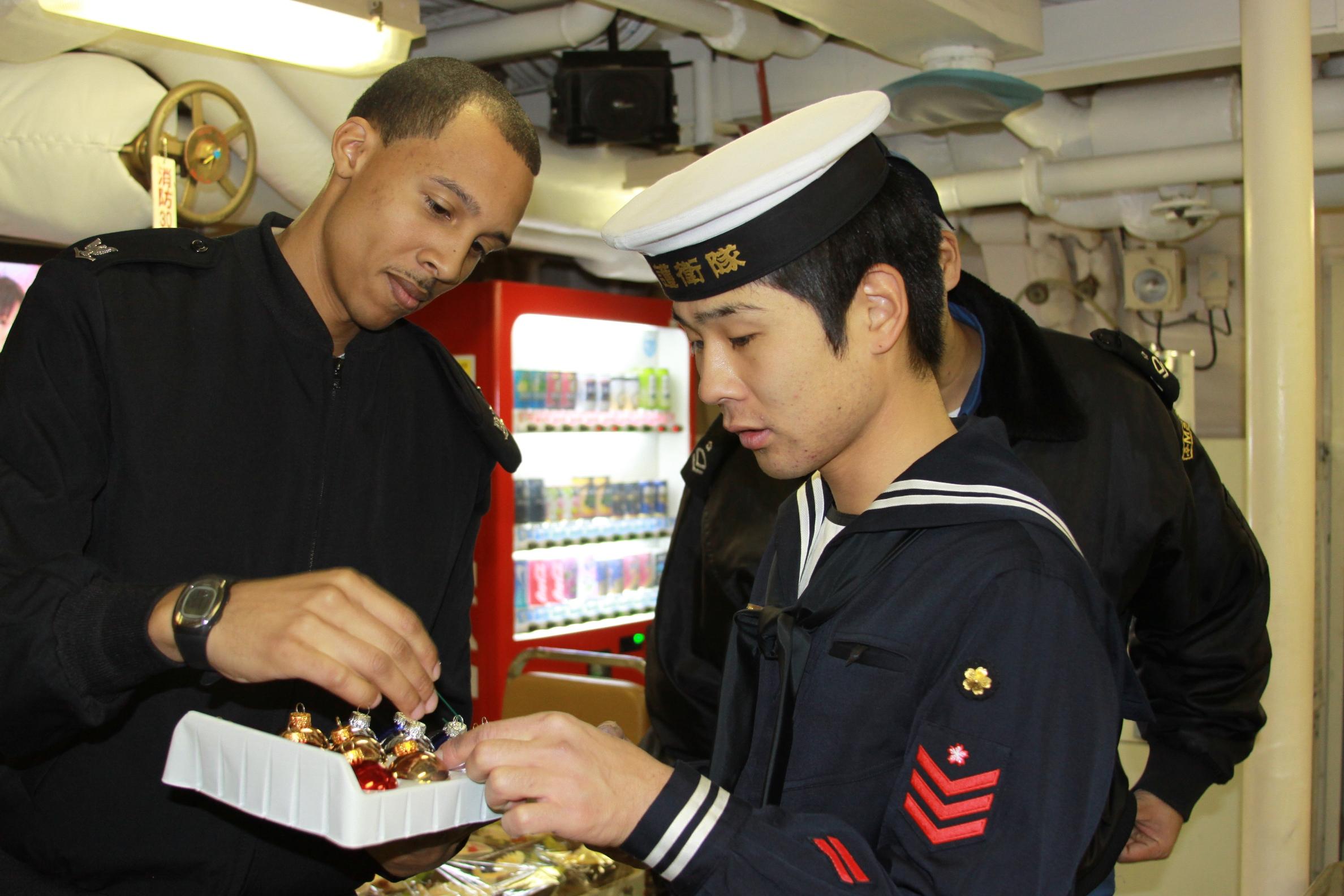 ファイル us navy 111214 n rm161 087 engineman 3rd class jermale