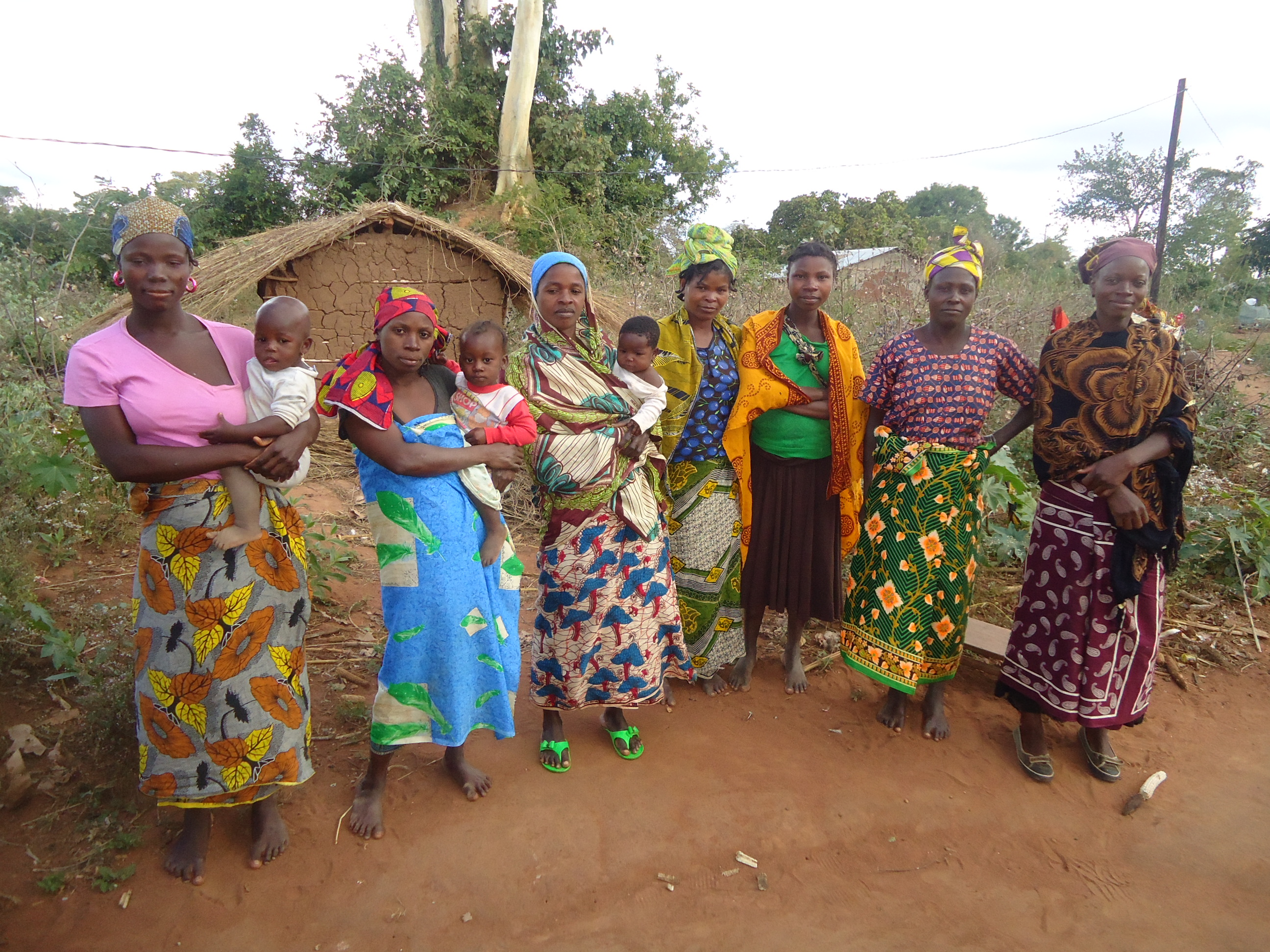 Afrika - Page 15 Women_Farmers_in_Itoculu,_Monapo_District,_Mozambique